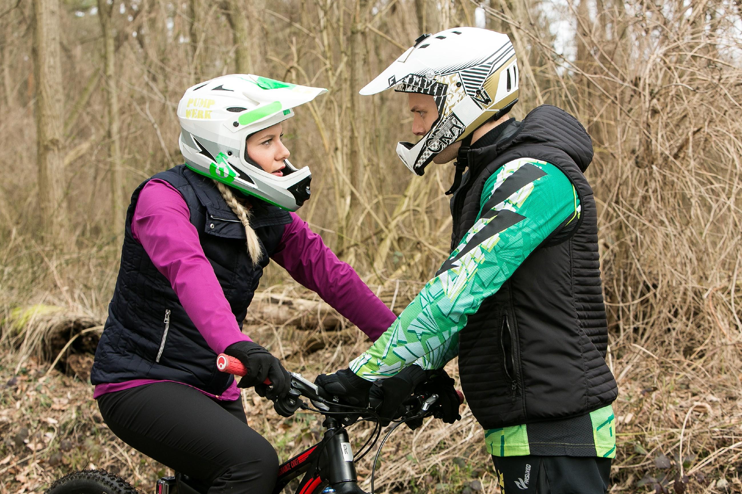 Marie (Cheyenne Pahde) hat sich Tims Mountainbike geschnappt und fährt voller Wut drauflos. Als Tim (Robert Maaser) sie bei einer Verfolgungsjagd einholt, bringt Marie sich leichtsinnig in Gefahr... (Quelle: RTL / Kai Schulz)