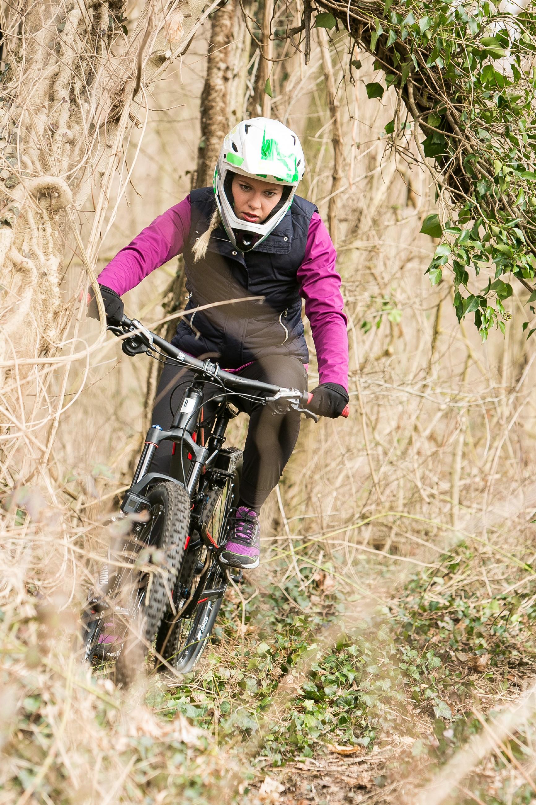 Marie (Cheyenne Pahde) hat sich Tims Mountainbike geschnappt und fährt voller Wut drauflos. Als Tim sie bei einer Verfolgungsjagd einholt, bringt Marie sich leichtsinnig in Gefahr... (Quelle: RTL / Kai Schulz)