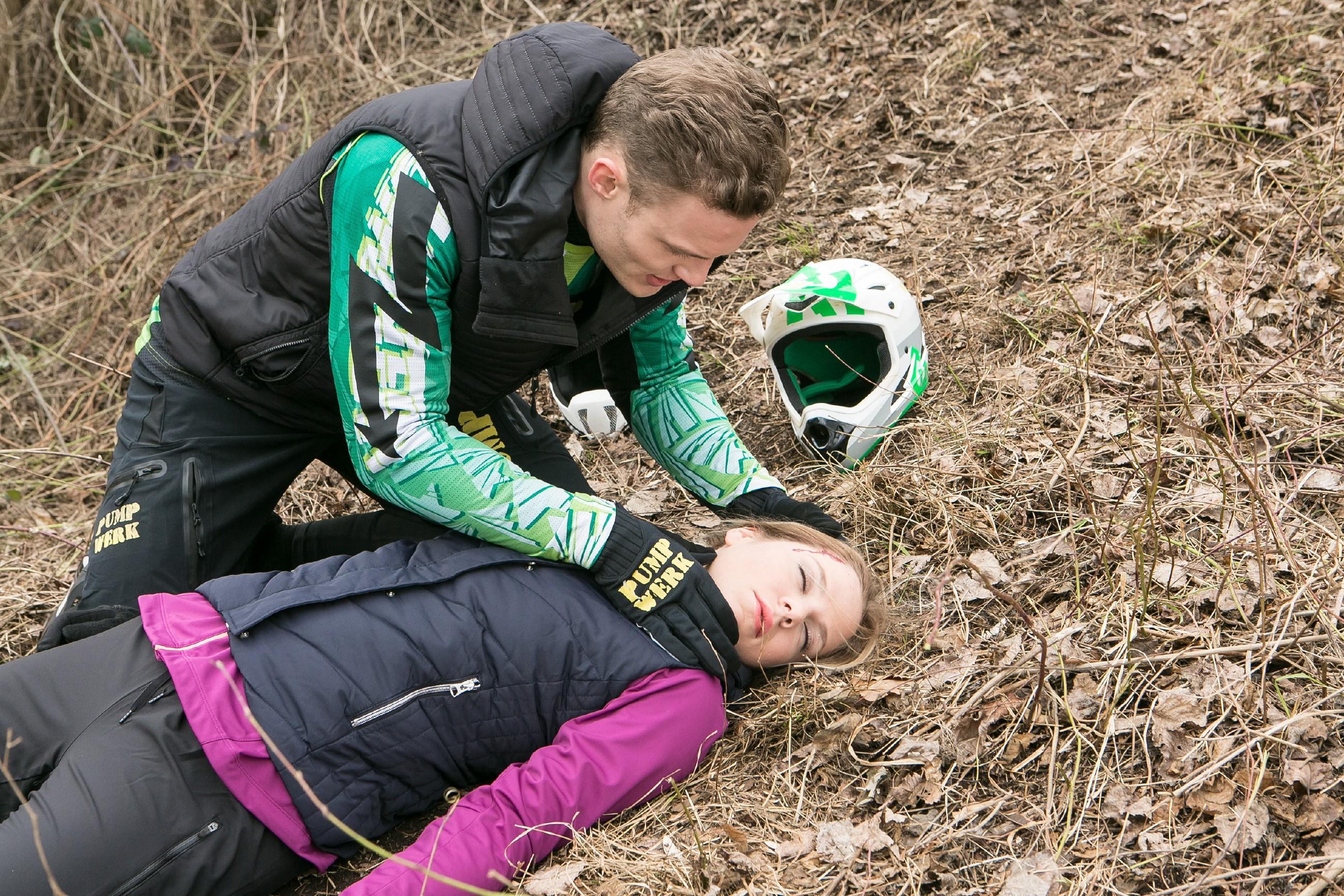 Tim (Robert Maaser) kümmert sich um Marie (Cheyenne Pahde), die sich bei dem Sturz mit dem Mountainbike verletzt hat. (Quelle: RTL / Kai Schulz)