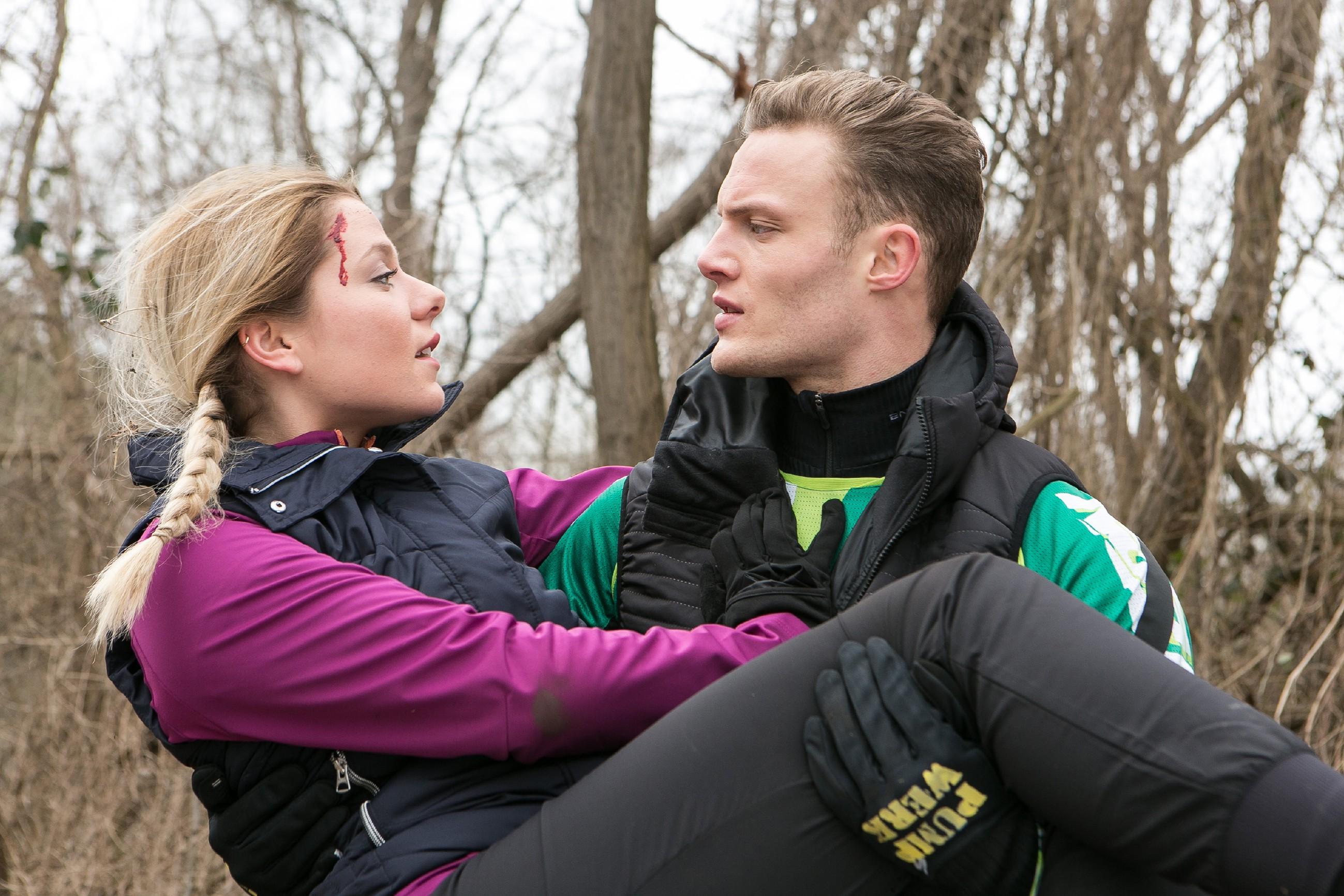 Marie (Cheyenne Pahde) lässt sich nach ihrem Sturz nur widerwillig von Tim (Robert Maaser) helfen. (Quelle: RTL / Kai Schulz)