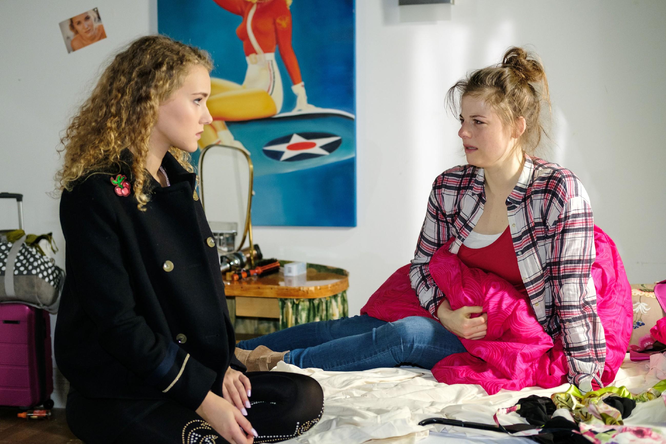 KayCs (Pauline Angert, l.) Versuch, Elli (Nora Koppen) von der Bedeutungslosigkeit des Ausrutschers mit Paco zu überzeugen, scheitert. (Quelle: RTL / Stefan Behrens)