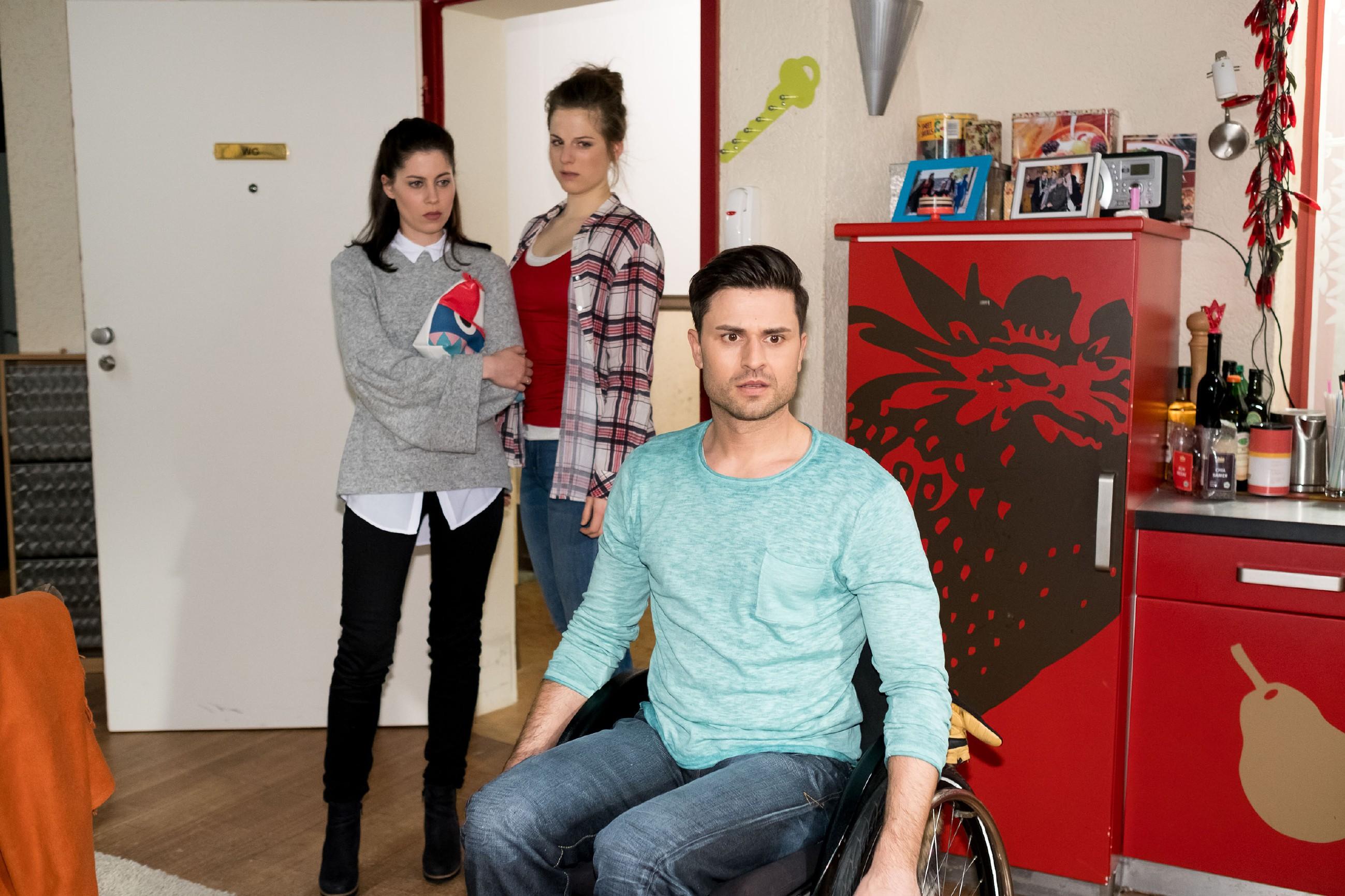 Als Paco (Milos Vukovic) merkt, dass Elli (Nora Koppen, M.) ihn nicht an sich heranlässt, sucht er Hilfe bei Sina (Valea Katharina Scalabrino), die Elli daraufhin erst einmal mit zu sich nimmt. (Quelle: RTL / Stefan Behrens)