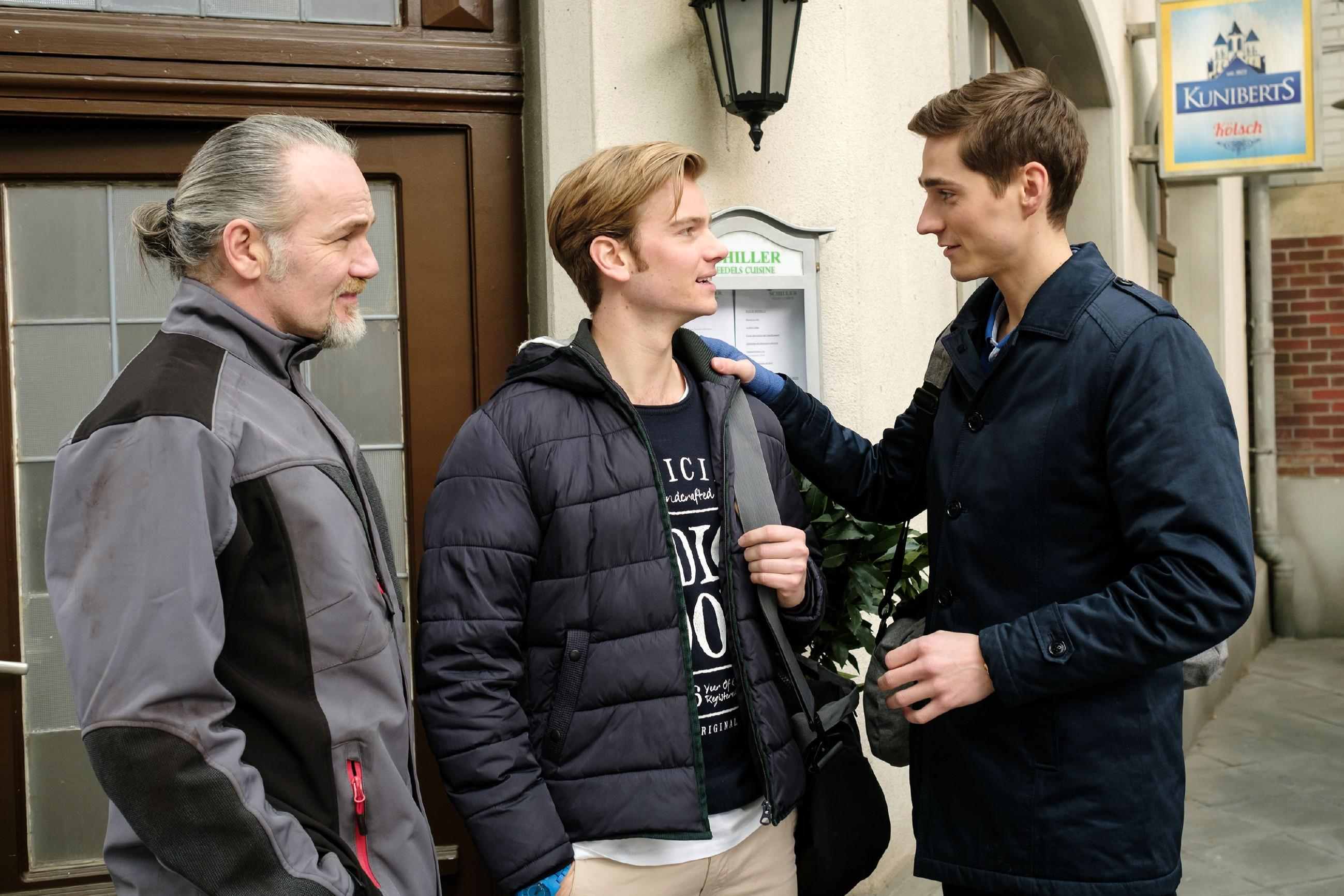 Robert (Luca Maric, l.) freut sich, dass Valentin (Aaron Koszuta, M.) und Ringo (Timothy Boldt, r.) eine freundschaftliche Ebene gefunden haben. (Quelle: RTL / Stefan Behrens)
