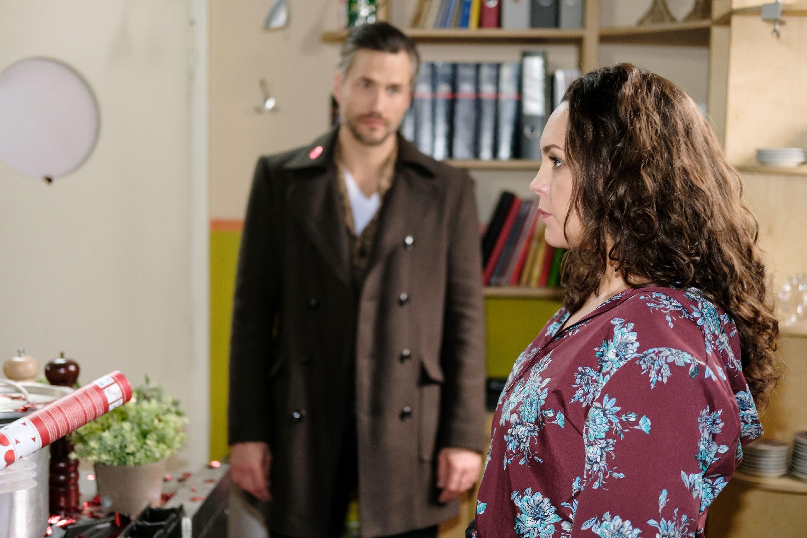 Caro (Ines Kurenbach) ist es zunächst peinlich, dass Malte (Stefan Bockelmann) ihren Gefühlsausbruch mitbekommt. Doch als er über den Vorfall einfach hinweggeht, ist sie wiederum getroffen... (Quelle: RTL / Stefan Behrens)