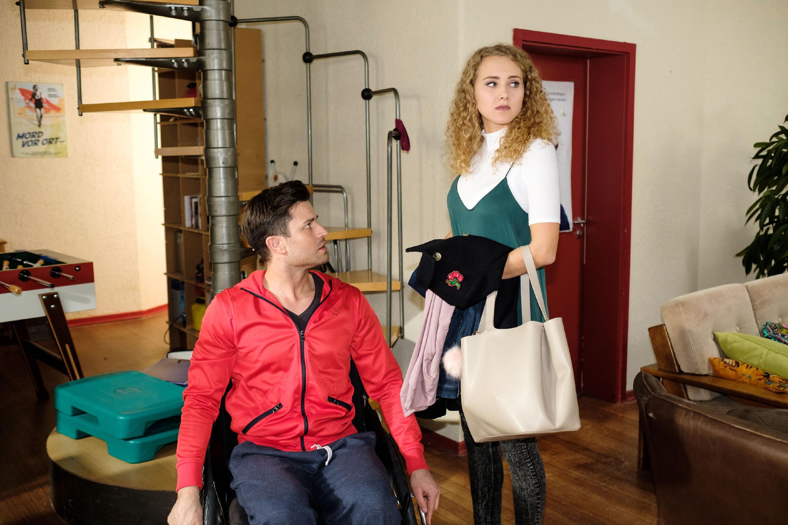 Paco (Milos Vukovic) kann nicht fassen, dass KayC (Pauline Angert) ihm die Aussprache mit Elli verbaut hat und wirft sie ein zweites Mal und endgültig aus der Wohnung... (Quelle: RTL / Stefan Behrens)