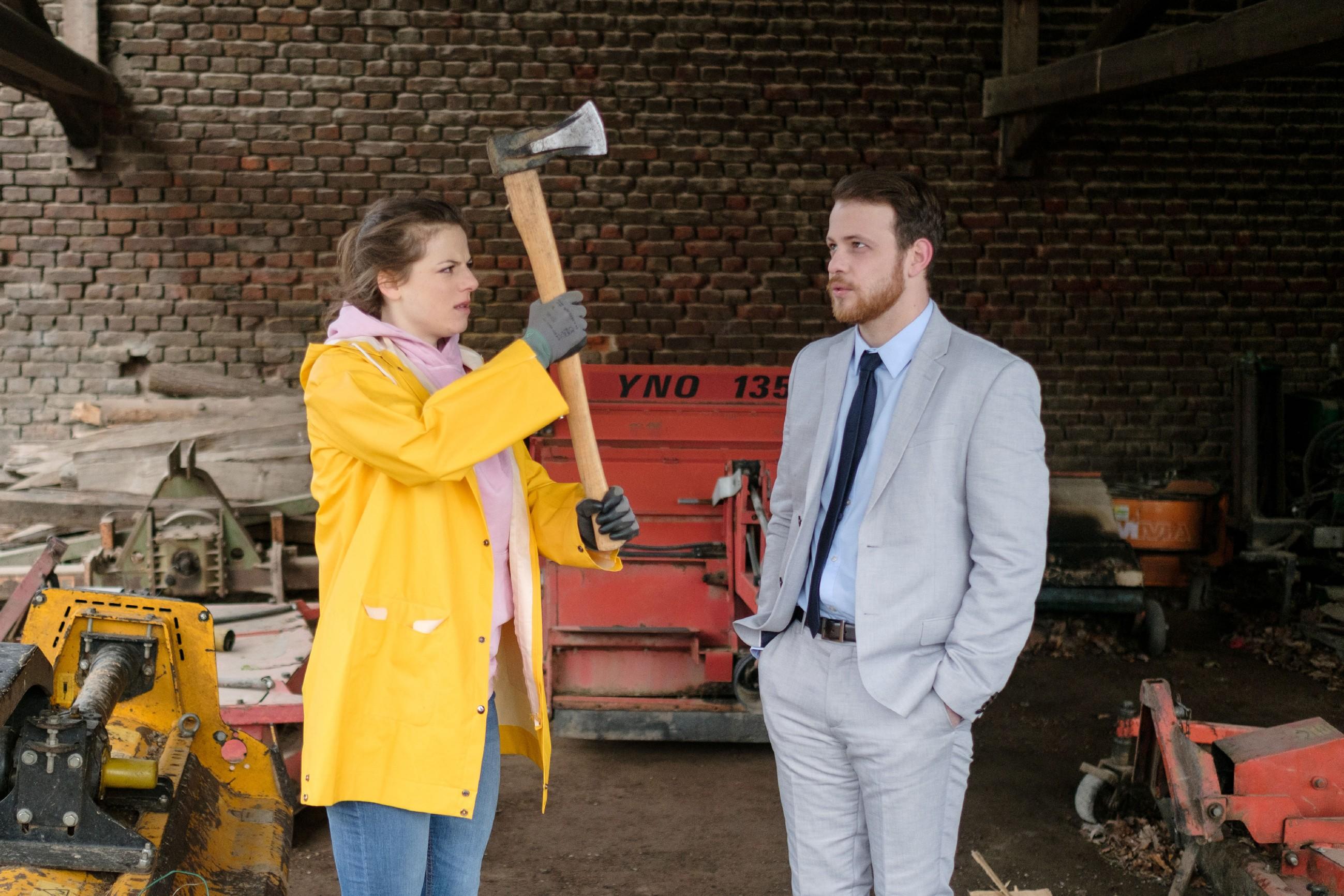 Elli (Nora Koppen) wird aus ihrem Liebeskummer gerissen, als Tobias (Patrick Müller) überraschend in Billerbeck auftaucht. (Quelle: RTL / Stefan Behrens)