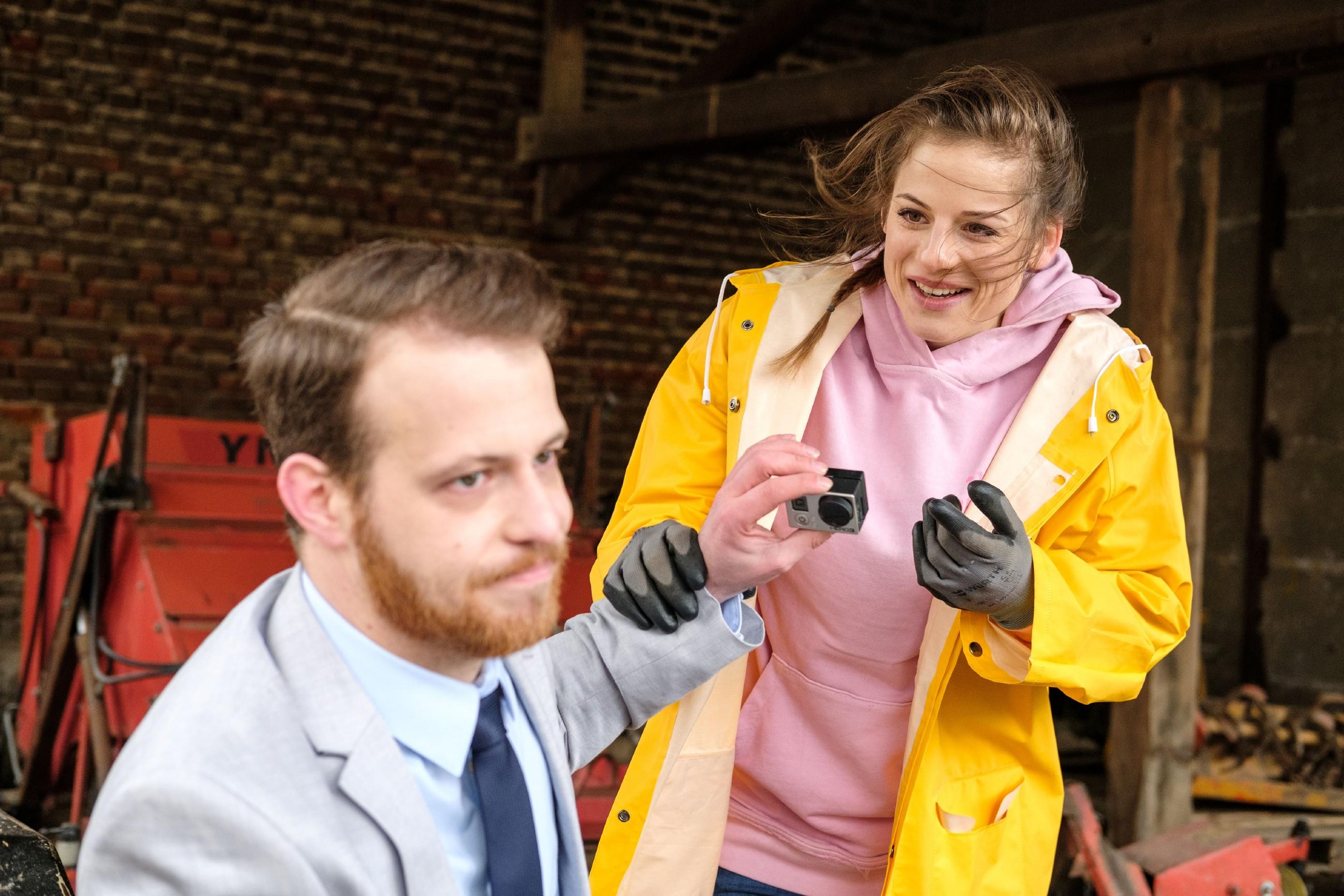 Elli (Nora Koppen) ist außer sich vor Freude, als sie von Tobias (Patrick Müller) erfährt, dass Paco gar nicht mit KayC geschlafen hat. (Quelle: RTL / Stefan Behrens)