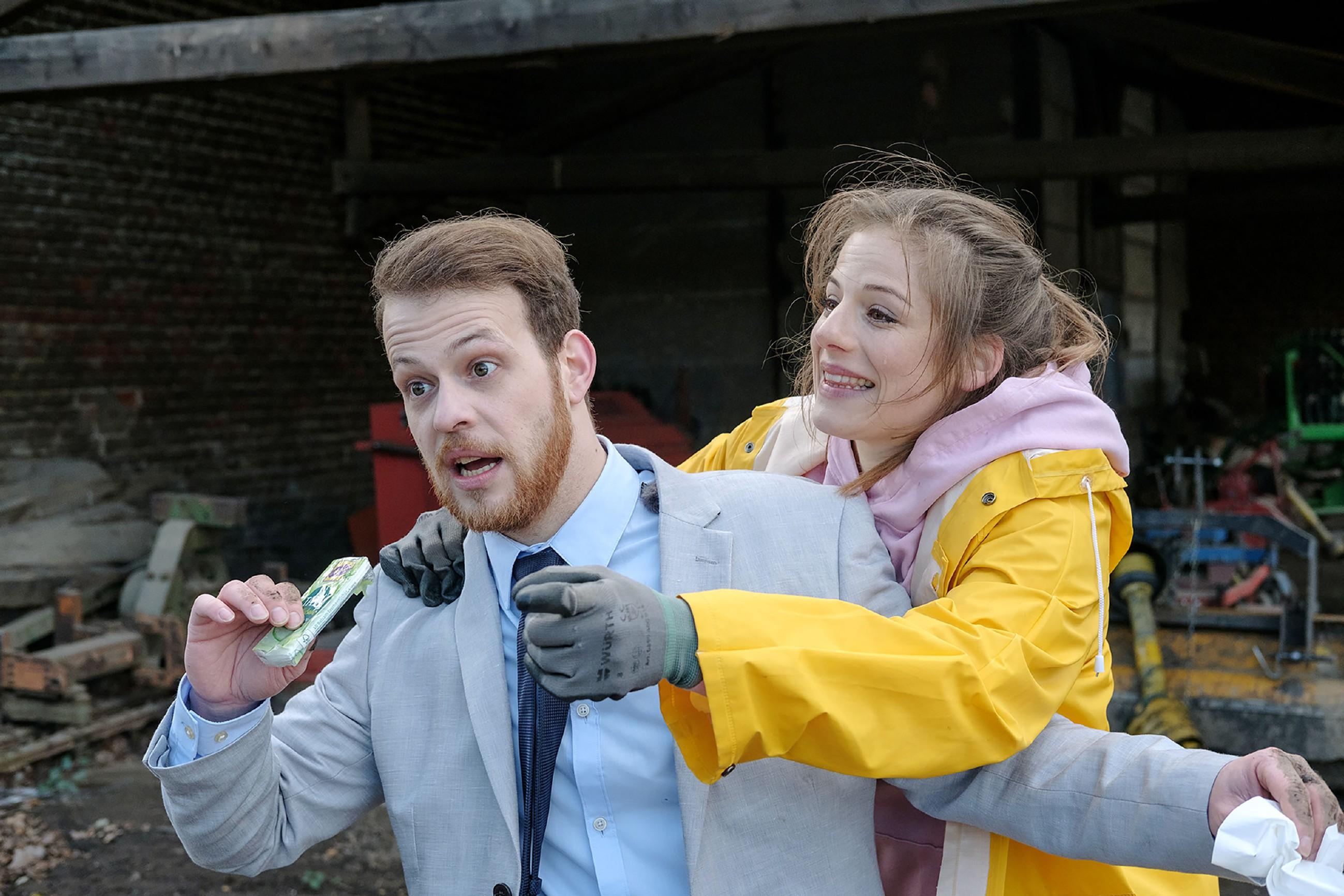 Elli (Nora Koppen) ist glücklich über die von Tobias (Patrick Müller) überbrachte Nachricht, dass Paco sie nicht betrogen hat. (Quelle: RTL / Stefan Behrens)