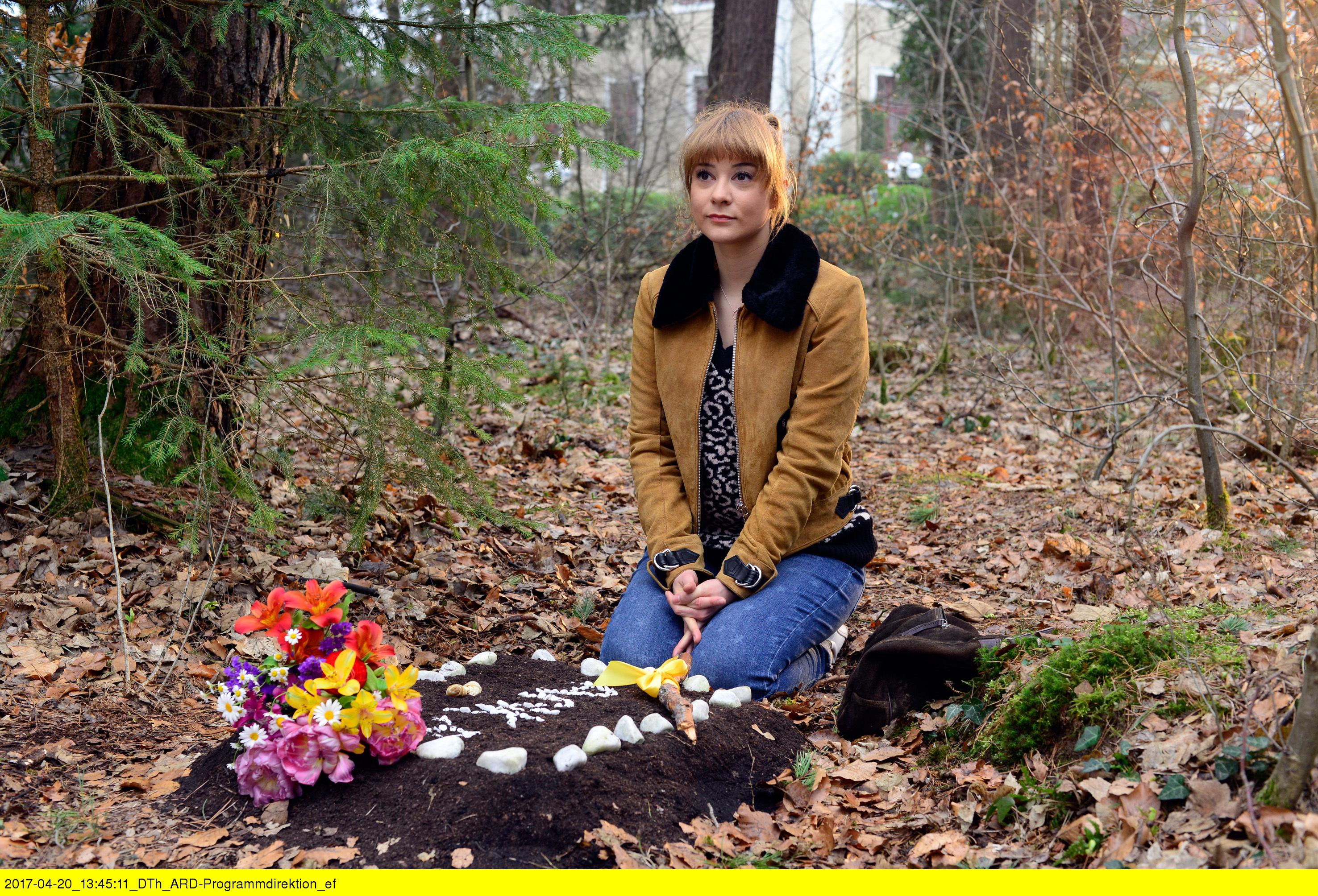 ARD STURM DER LIEBE FOLGE 2701, am Dienstag (06.06.17) um 15:10 Uhr im ERSTEN. Rebecca (Julia Alice Ludwig) ist gleichzeitig traurig, weil ihre Hündin Anka gestorben ist, und glücklich, dass zwischen ihr und Ella wieder alles gut ist. (Quelle: ARD/Manfred Laemmerer)