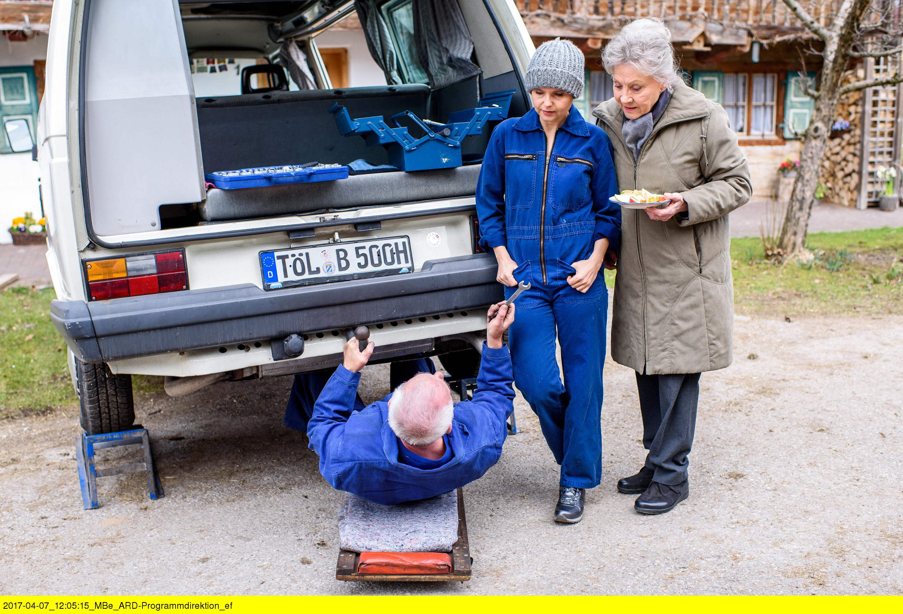 """ARD STURM DER LIEBE FOLGE 2696, am Montag (29.05.17) um 15:10 Uhr im ERSTEN. Alfons (Sepp Schauer, l.) erkennt vor Hildegard (Antje Hagen, r.) und Melli (Bojana Golenac, Mitte), dass das Projekt """"Bus flottmachen"""" zur Herausforderung wird. (Quelle: ARD/Christof Arnold)"""