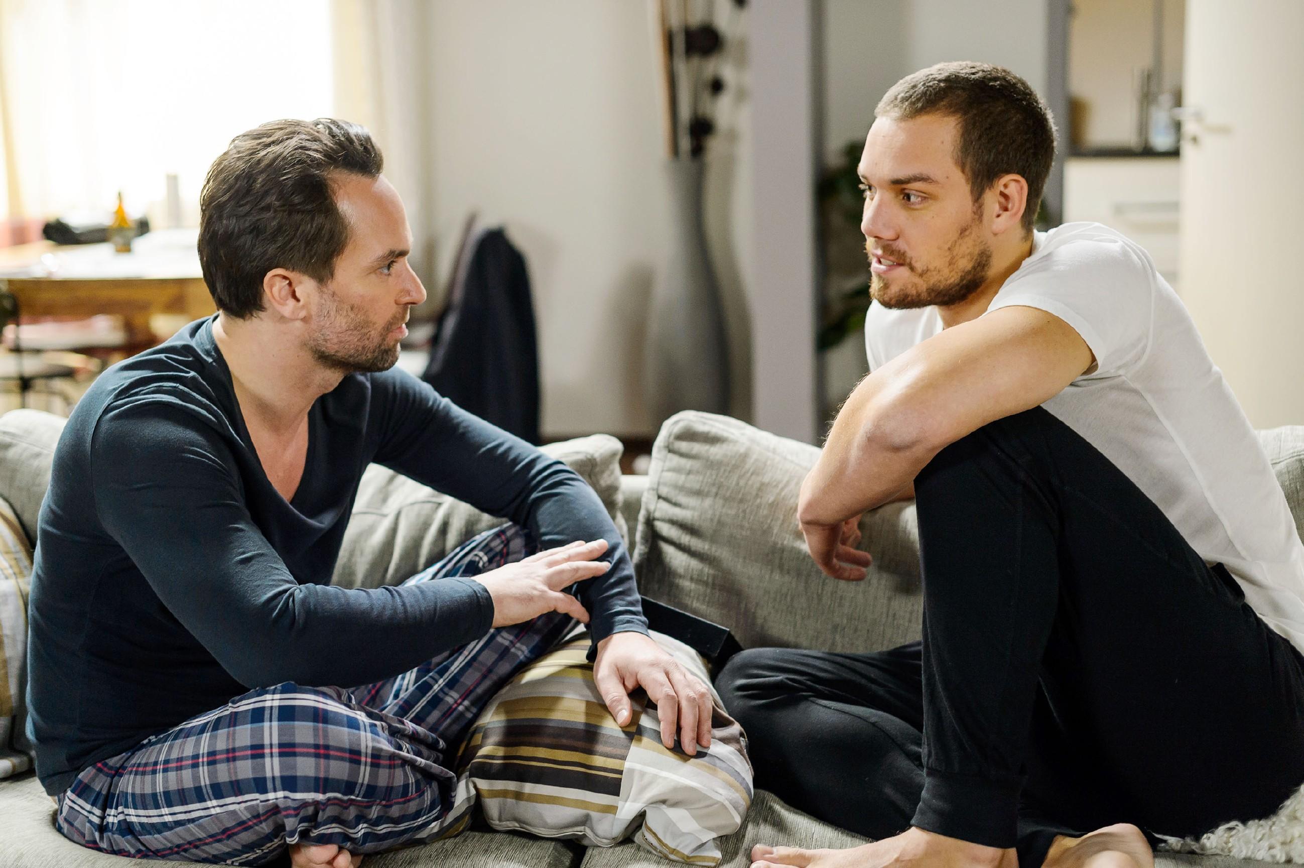 Leo (Julian Bayer, r.) wird im Gespräch mit Thomas (Daniel Brockhaus) schmerzhaft bewusst, was er durch seine Flucht alles aufgeben muss.