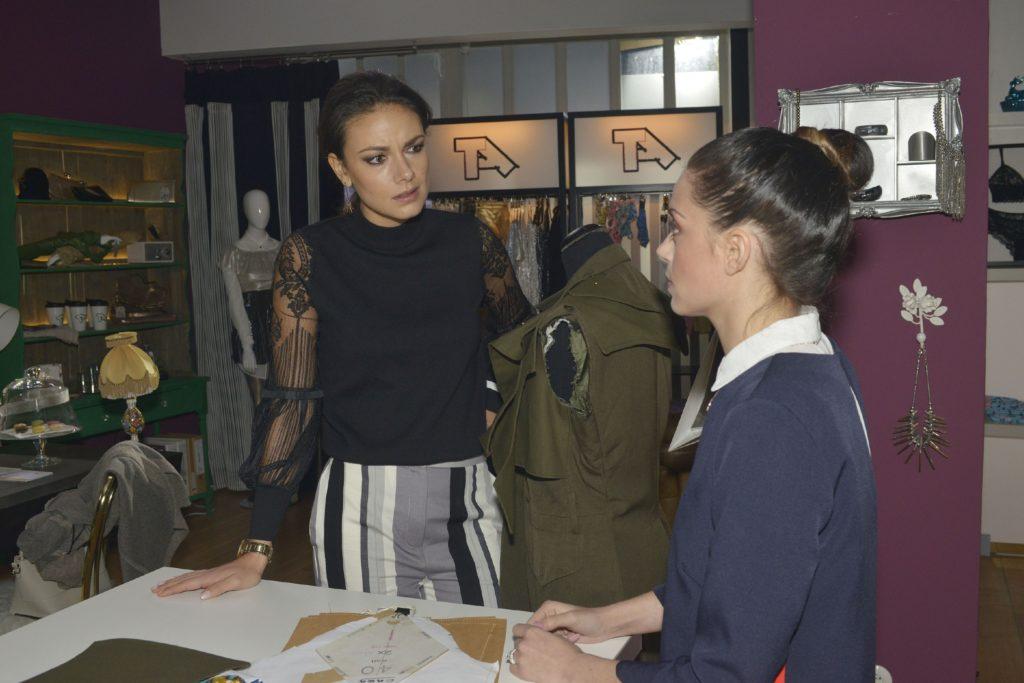 Emily (Anne Menden, r.) muss Jasmin (Janina Uhse) beichten, dass sie Tussi Attack hinter Jasmins Rücken bei der TV Show angemeldet hat.