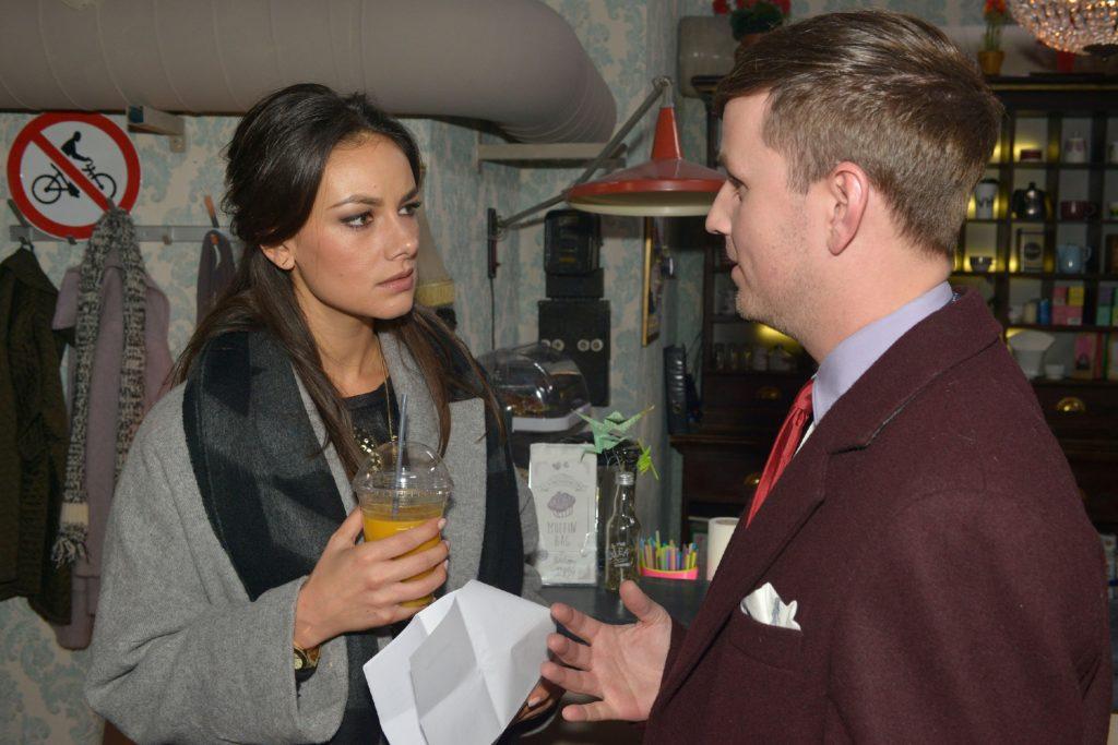 Der Moderator Florian Strauß (Martin Tietjen) bittet Jasmin (Janina Uhse), ihre Geschäftspartnerin Emily bei der TV-Castingshow etwas einzubremsen.