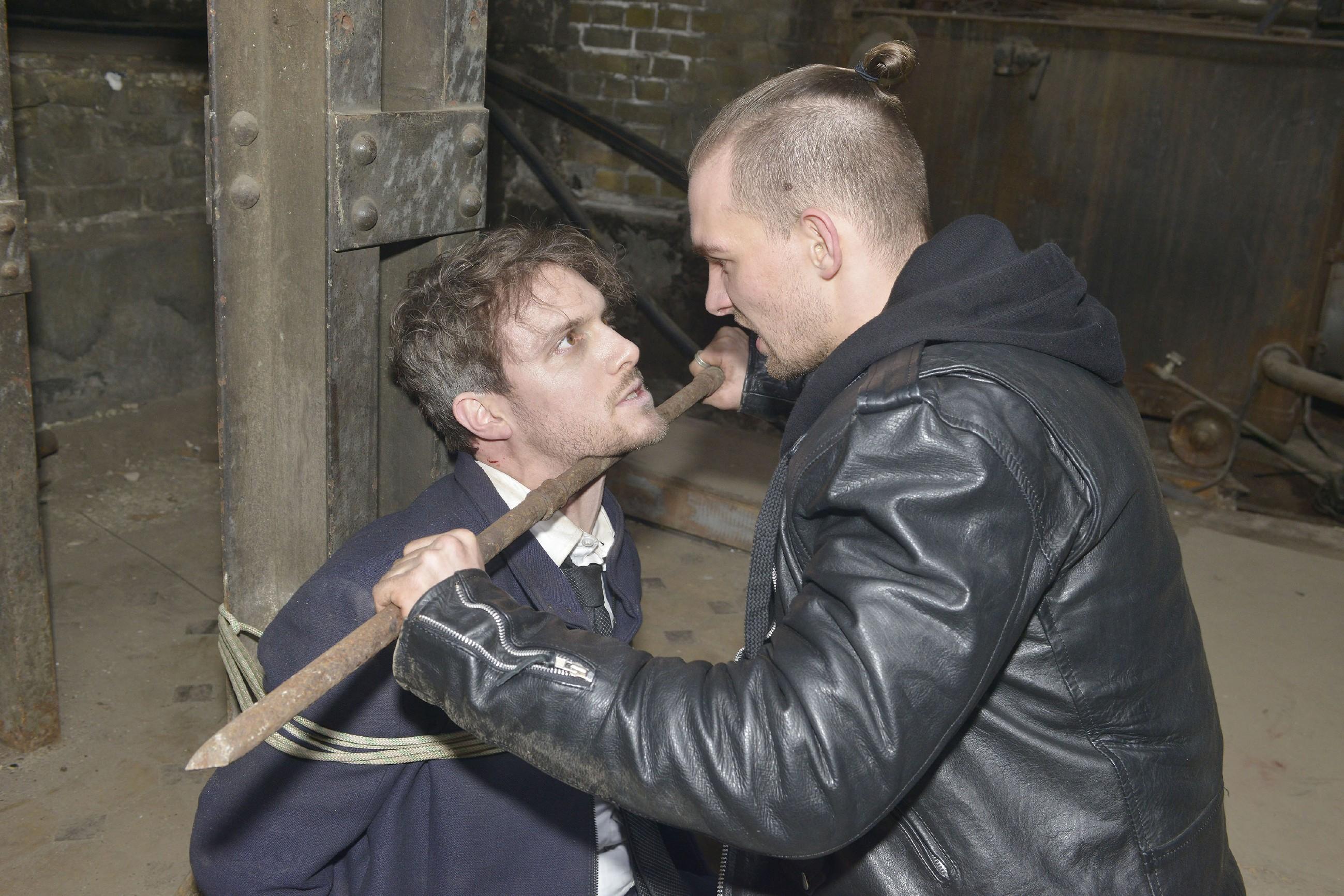 Obwohl Felix (Thaddäus Meilinger, l.) deutlich geschwächt ist, will er vor Chris (Eric Stehfest) nicht klein beigeben und bietet ihm weiterhin die Stirn. Wird Chris zu weit gehen, um an ein Geständnis zu kommen? (Quelle: RTL / Rolf Baumgartner)