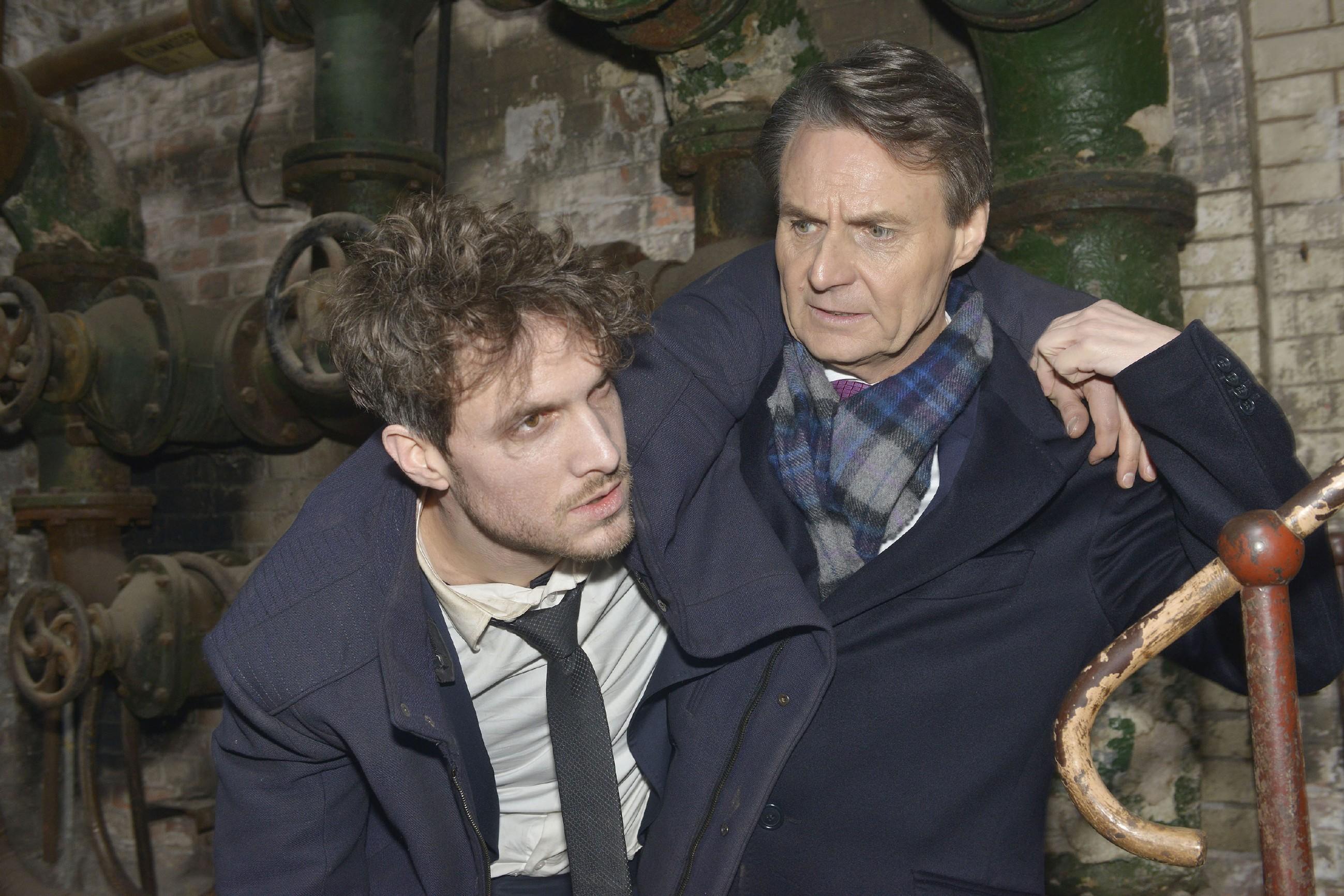 Jo Gerner (Wolfgang Bahro, r.) hat Felix (Thaddäus Meilinger) gefunden und befreit ihn aus seiner misslichen Lage. (Quelle: RTL / Rolf Baumgartner)