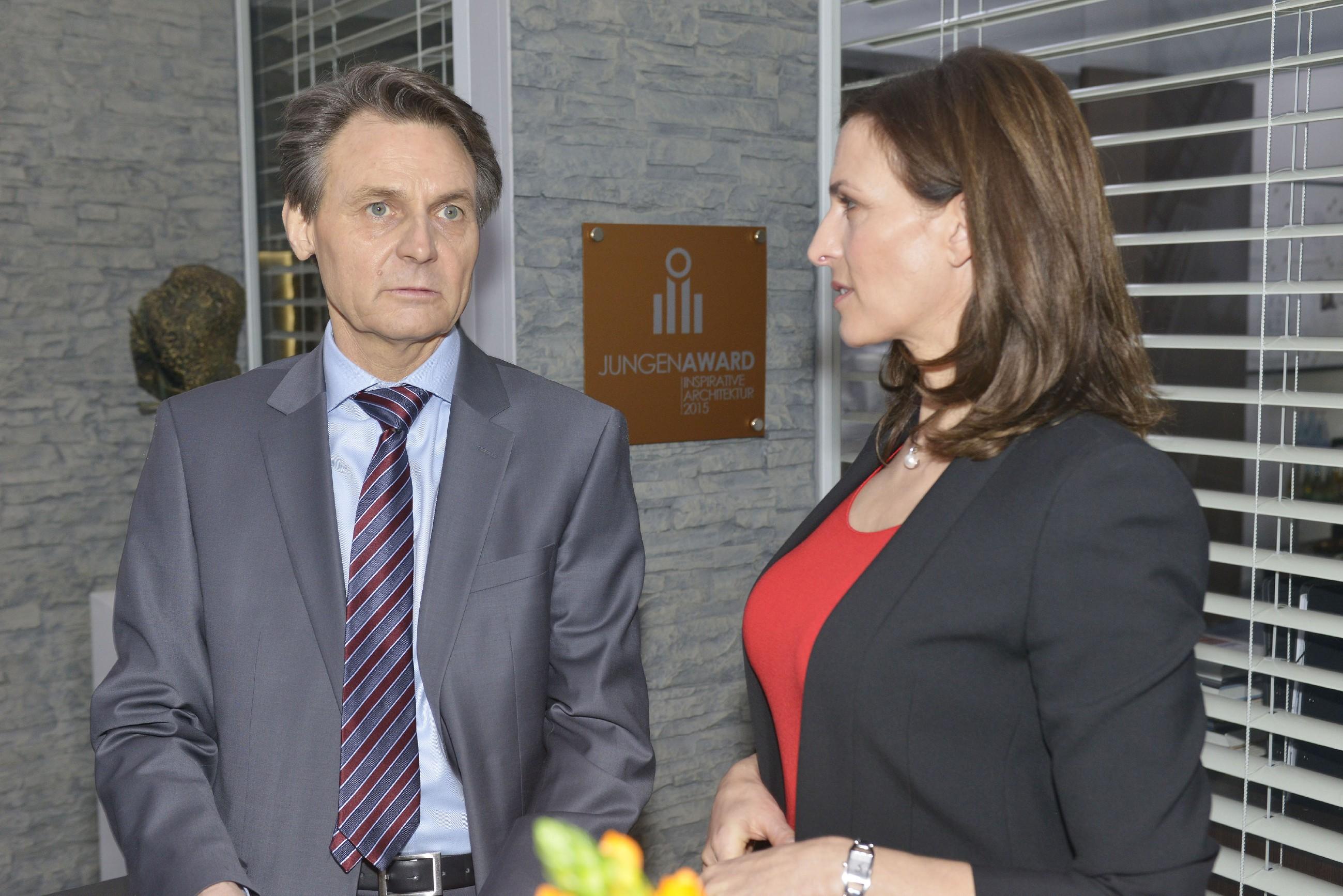 Jo Gerner (Wolfgang Bahro) hadert bei Katrin (Ulrike Frank) damit, ob er sein eigenes Glück über das Wohl der Familie stellen sollte. (Quelle: RTL / Rolf Baumgartner)