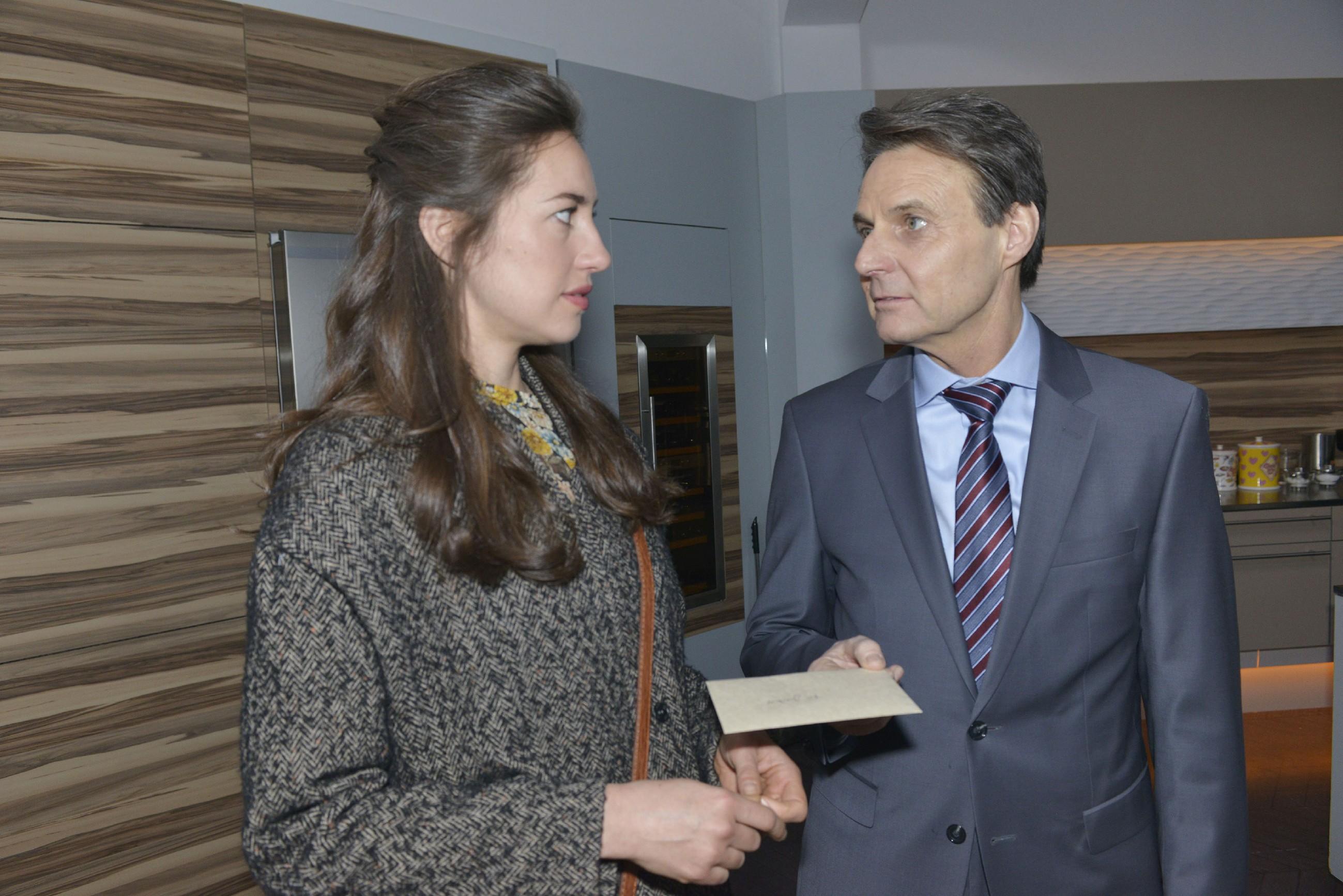 Elena (Elena Garcia Gerlach) ist beschämt, als klar wird, dass Gerners (Wolfgang Bahro) harsche Abfuhr nichts mit ihr zu tun hatte. (Quelle: RTL / Rolf Baumgartner)