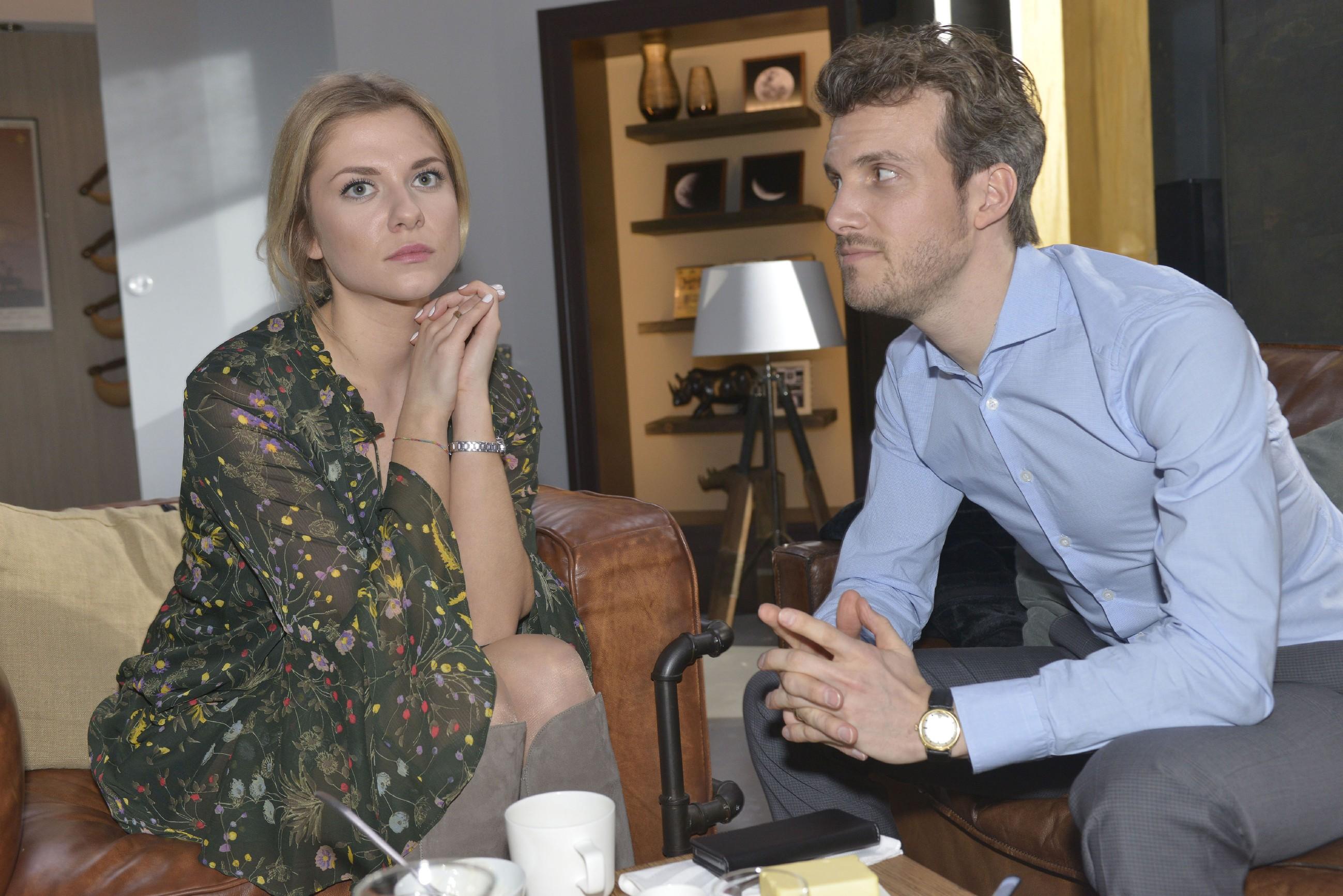 Felix (Thaddäus Meilinger) versucht bei Sunny (Valentina Pahde) zu punkten, indem er vorgibt, sich ebenfalls Sorgen um Chris zu machen. (Quelle: RTL / Rolf Baumgartner)