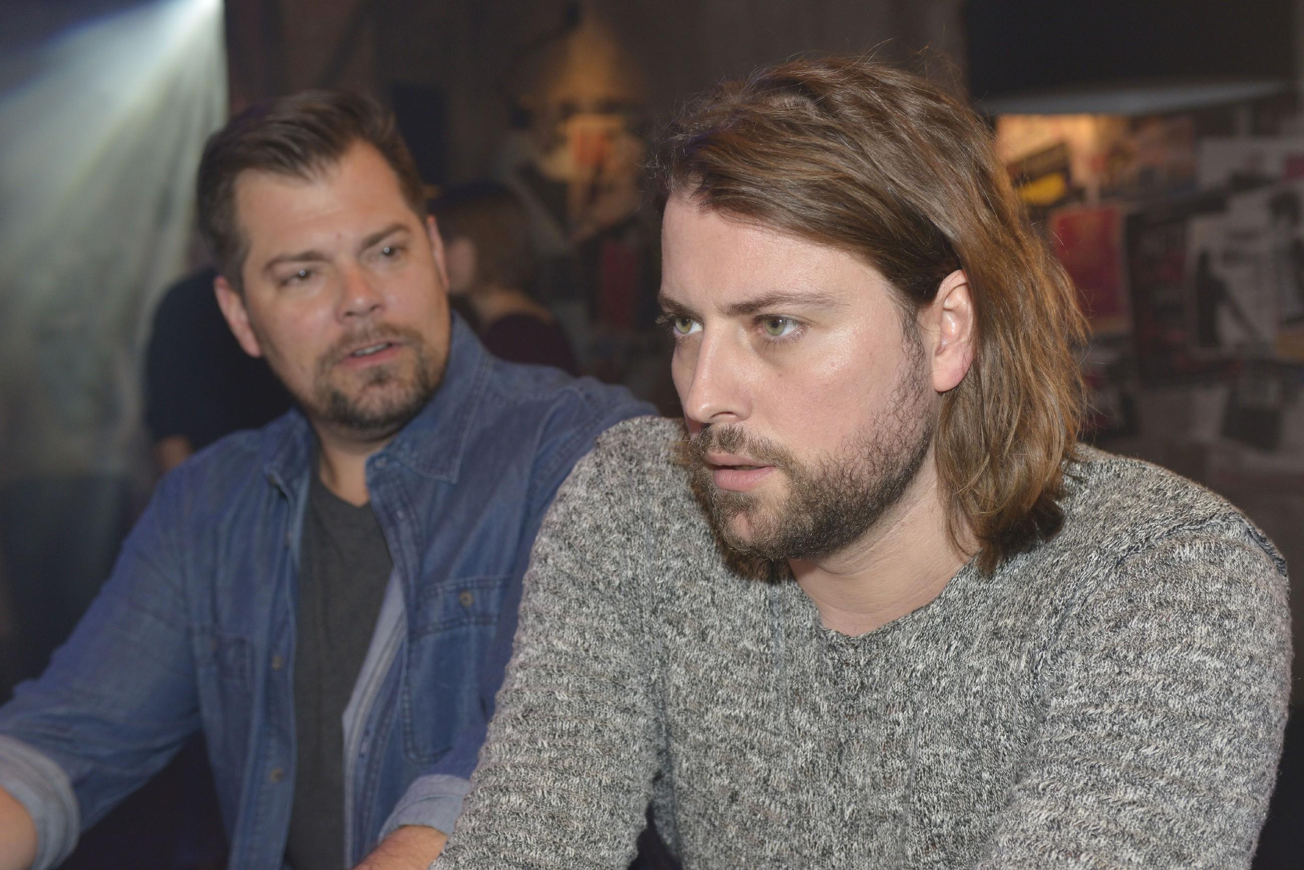 John (Felix von Jascheroff, r.) weiht Leon (Daniel Fehlow) über die finanziellen Probleme des Mauerwerks ein, doch Leon zeigt sich unbeeindruckt und schafft es, auch John wieder Zuversicht zu geben. (Quelle: RTL / Rolf Baumgartner)