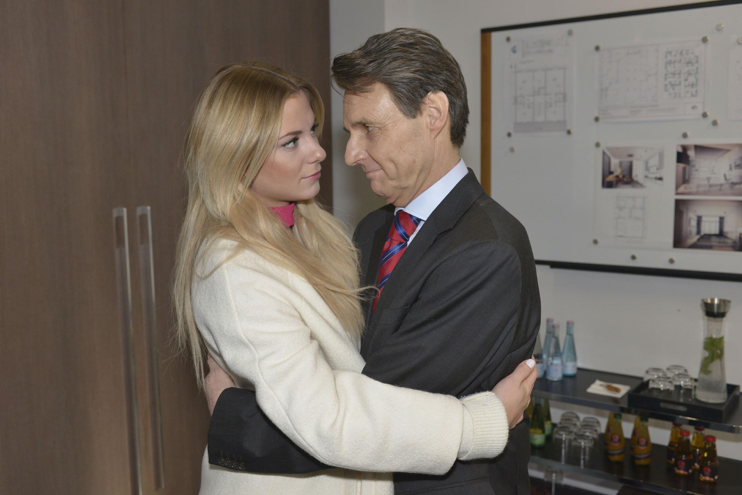 Gerner (Wolfgang Bahro) rät Sunny (Valentina Pahde) eindringlich, Felix zu vertrauen. (Quelle: RTL / Rolf Baumgartner)