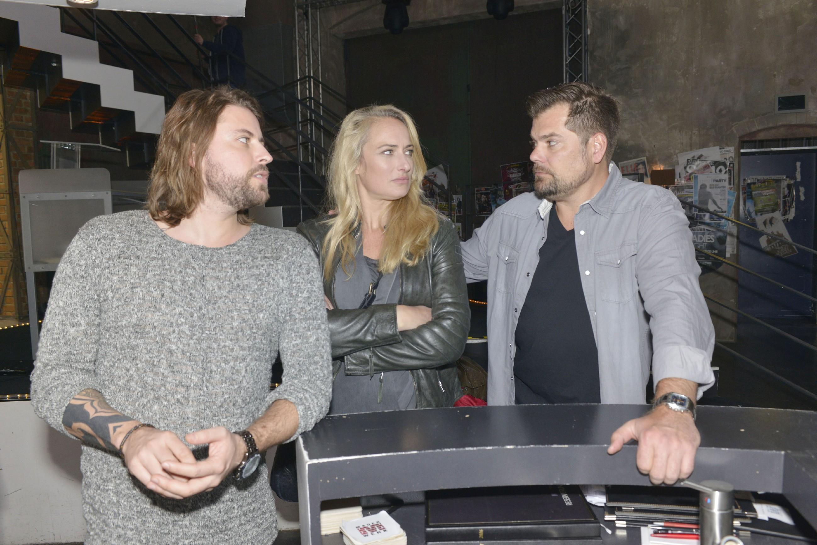 John (Felix von Jascheroff, l.), Maren (Eva Mona Rodekirchen) und Leon (Daniel Fehlow) überlegen gemeinsam, wie sie das Mauerwerk retten können. (Quelle: RTL / Rolf Baumgartner)