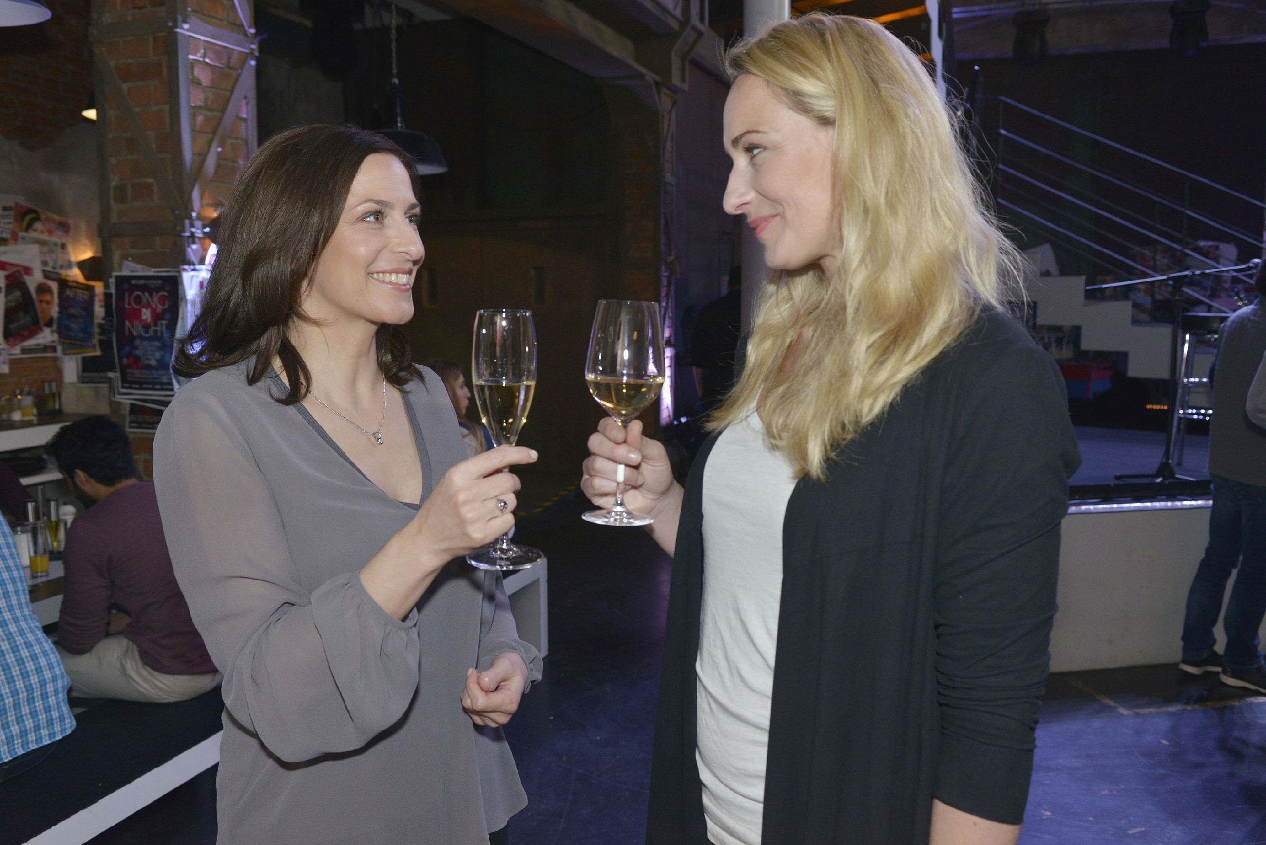 Katrin (Ulrike Frank, l.) stößt mit Maren (Eva Mona Rodekirchen) auf deren Geburtstag an. (Quelle: RTL / Rolf Baumgartner)