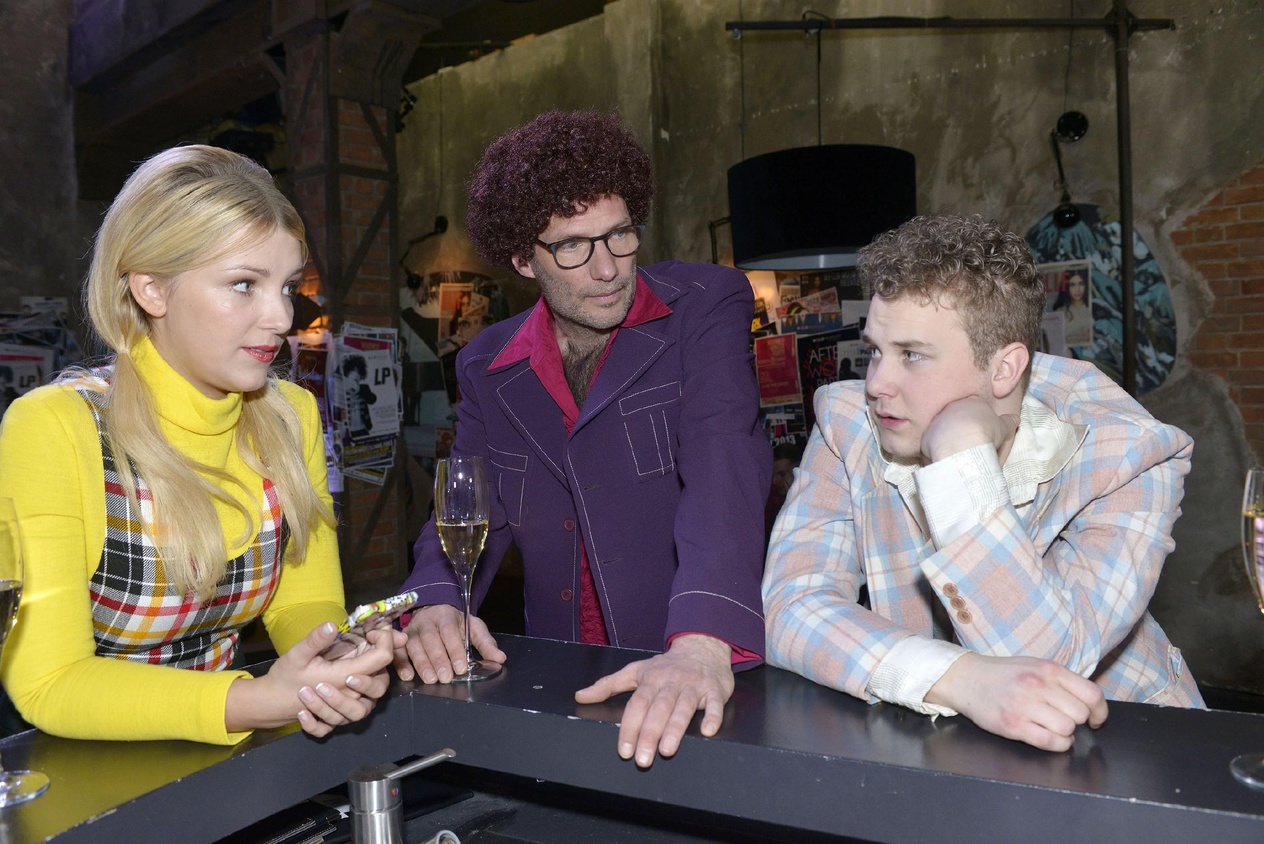 Jonas (Felix van Deventer, r.) eröffnet Lilly (Iris Mareike Steen) und Alexander (Clemens Löhr), dass es für sein Abitur wenig Hoffnung gibt. (Quelle: RTL / Rolf Baumgartner)