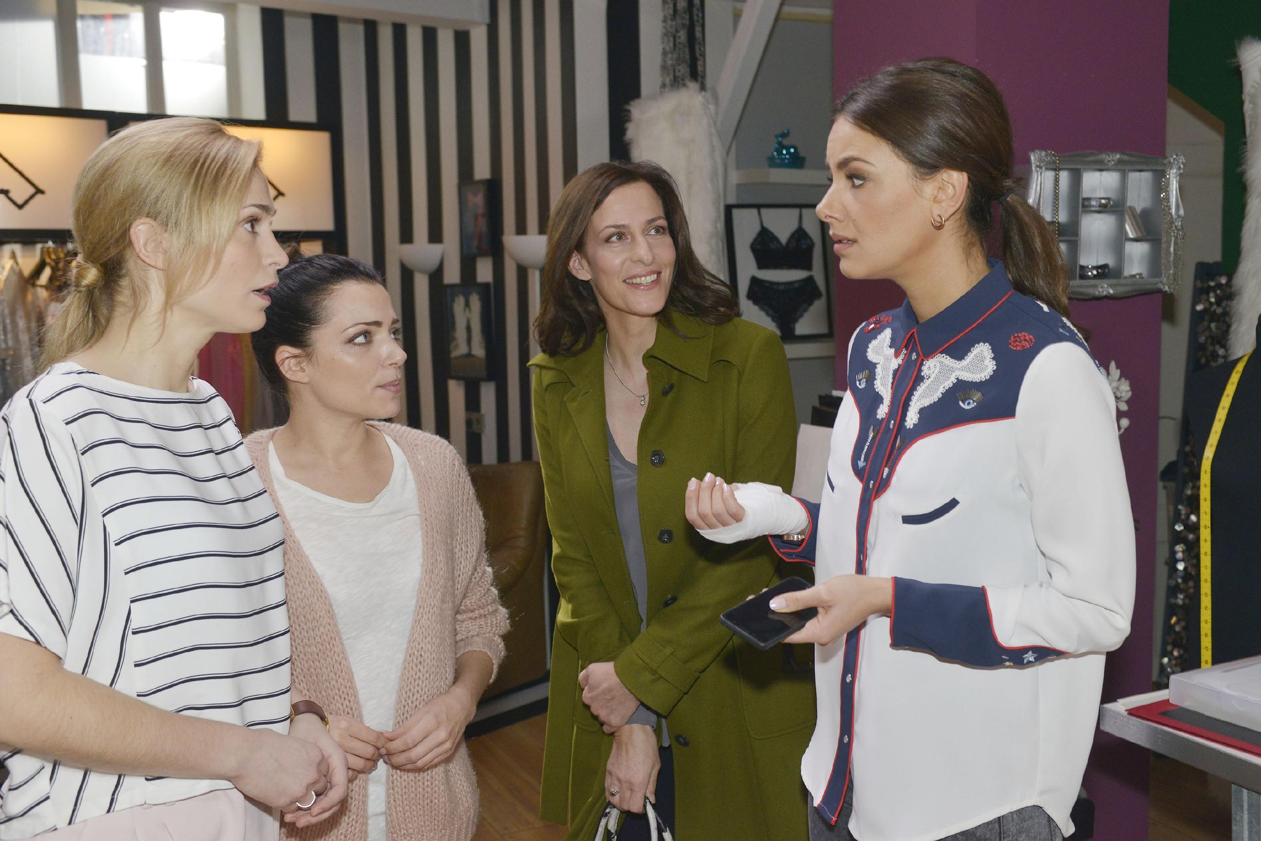 Die völlig überraschte Jasmin (Janina Uhse, r.) erzählt (v.l.) Sophie (Lea Marlen Woitack), Emily (Anne Menden) und Katrin (Ulrike Frank), dass ein renommiertes Modelabel sie kennenlernen will. (Quelle: RTL / Rolf Baumgartner)