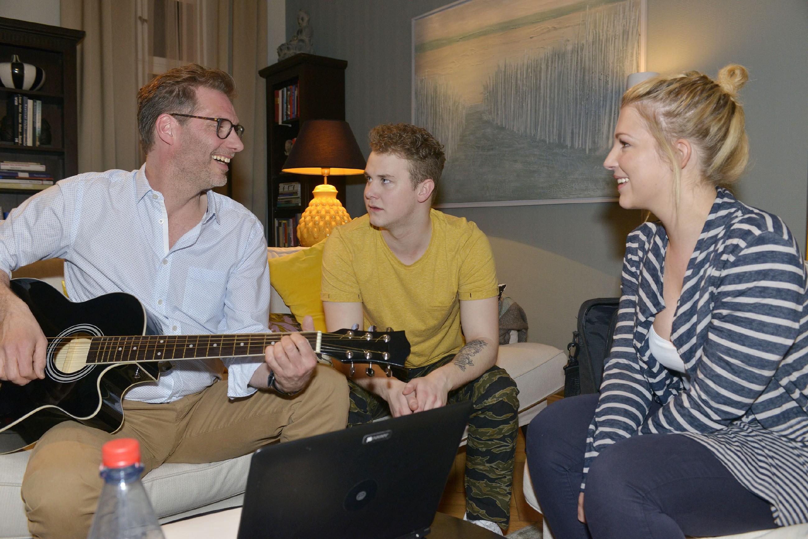 Alexander (Clemens Löhr, l.) will Maren an ihrem Geburtstag mit einem selbst komponierten Lied überraschen und spannt Lilly (Iris Mareike Steen) und Jonas (Felix van Deventer) dafür ein. (Quelle: RTL / Rolf Baumgartner)