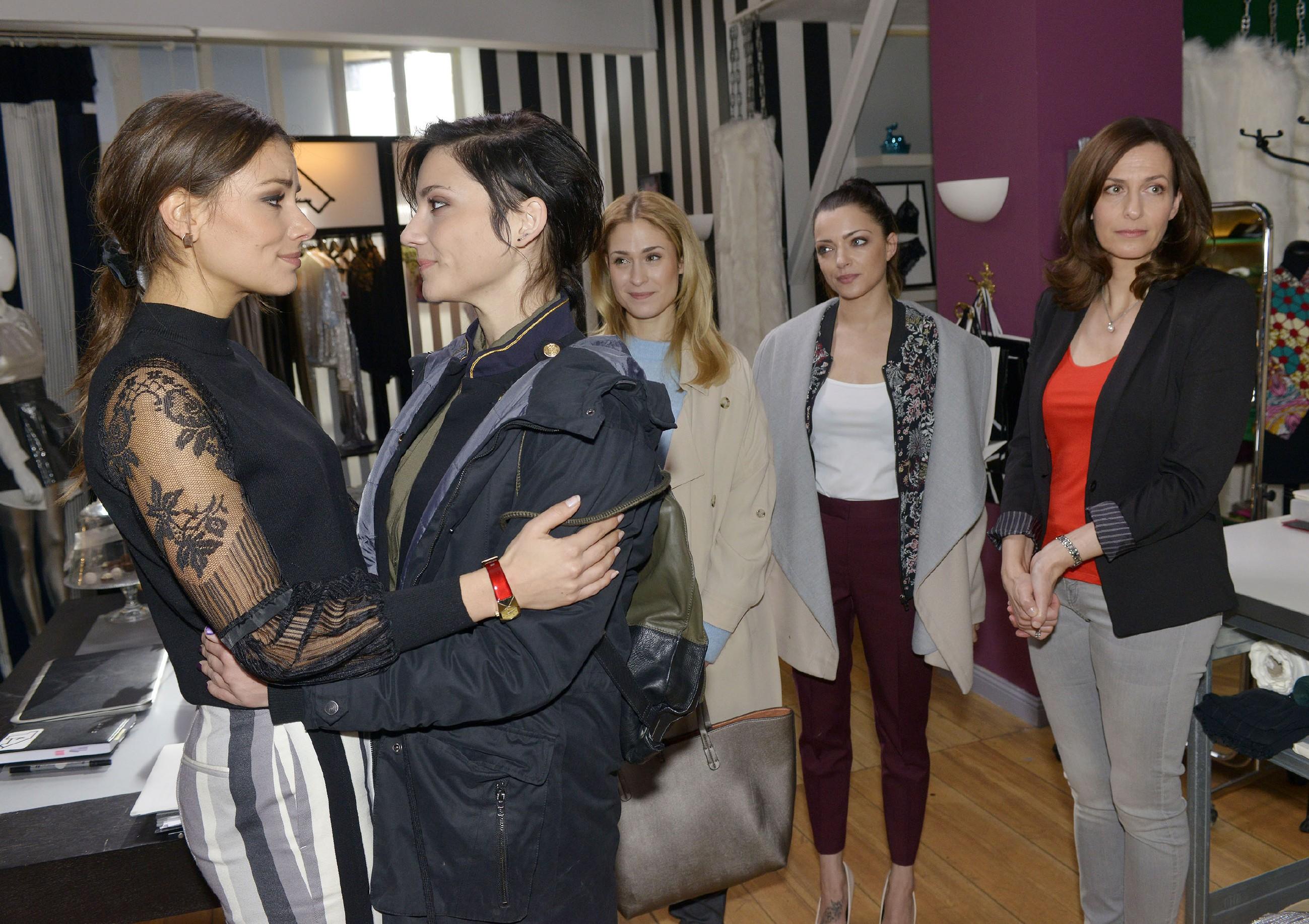 V.l.: Jasmin (Janina Uhse, l.) ist froh und dankbar, dass Anni (Linda Marlen Runge), Sophie (Lea Marlen Woitack), Emily (Anne Menden) und Katrin (Ulrike Frank) an sie glauben. (Quelle: RTL / Rolf Baumgartner)