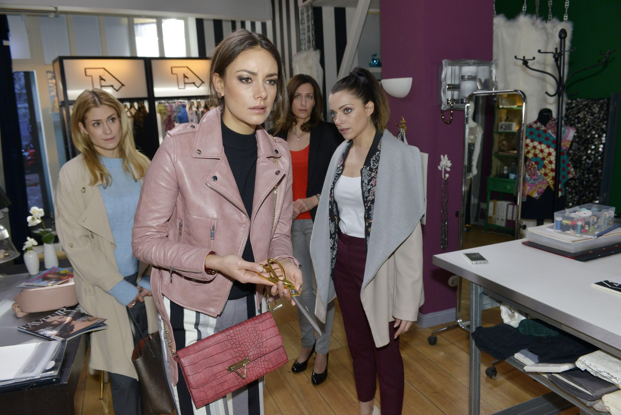 Sophie (Lea Marlen Woitack, l.), Katrin (Ulrike Frank) und Emily (Anne Menden, r.) bemerken ein wenig besorgt, wie nervös Jasmin (Janina Uhse, 2.v.l.) vor der TV Show ist. (Quelle: RTL / Rolf Baumgartner)