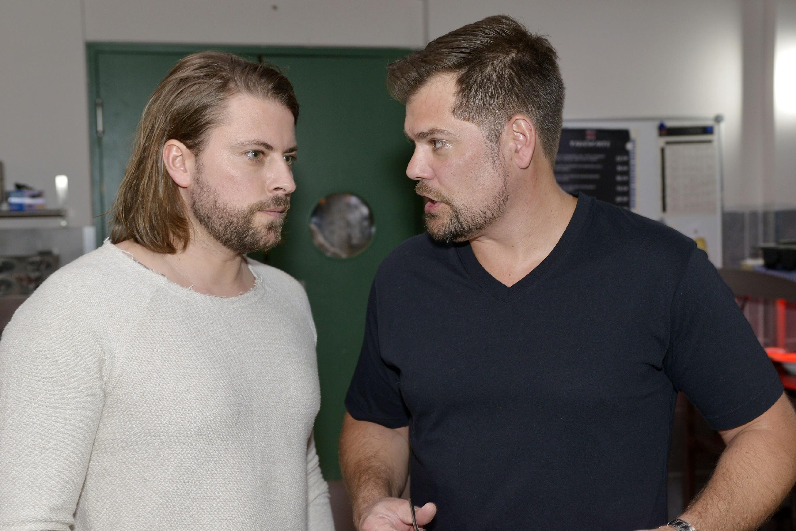 John (Felix von Jascheroff, l.) und Leon (Daniel Fehlow) wollen für die Zukunft des Mauerwerks wieder an einem Strang ziehen. (Quelle: RTL / Rolf Baumgartner)