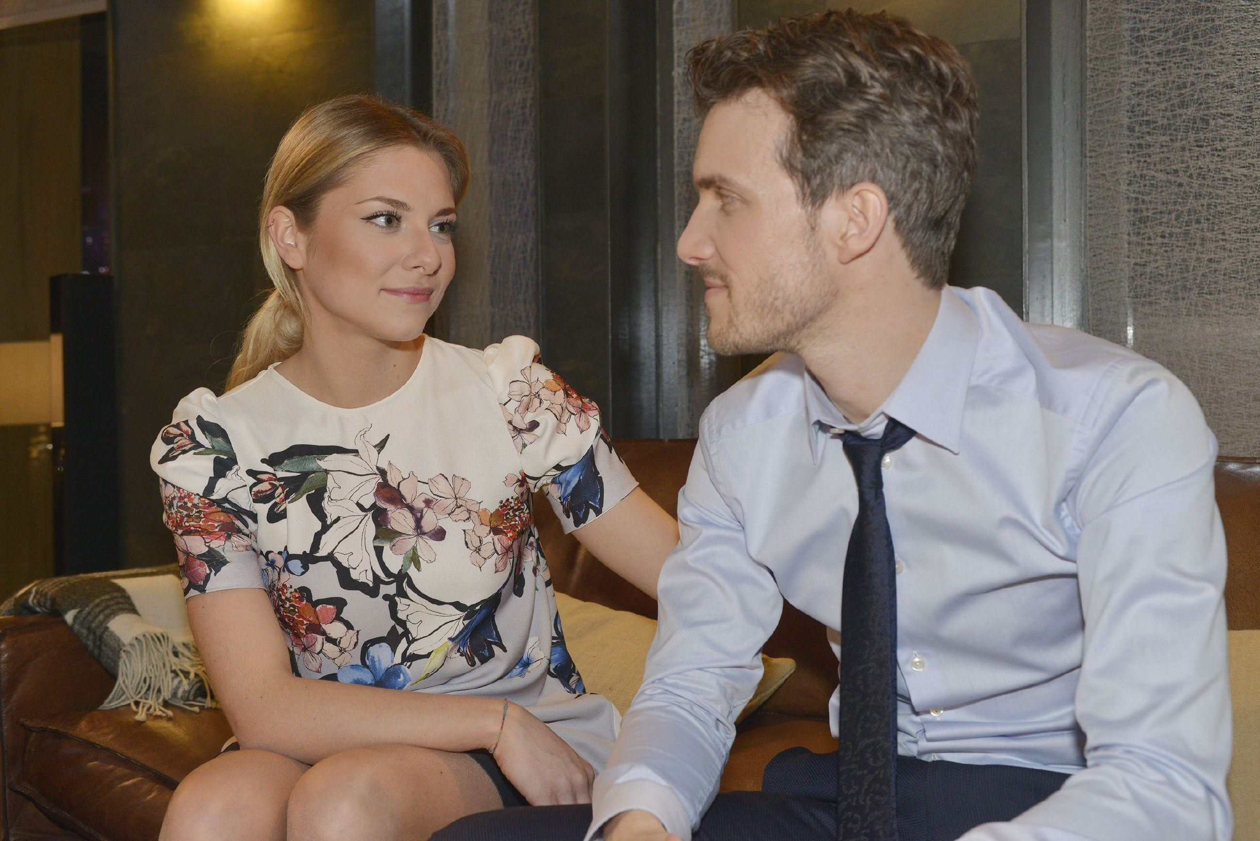 Felix (Thaddäus Meilinger) ist froh, dass Sunny (Valentina Pahde) ihm vertraut. (Quelle: RTL / Rolf Baumgartner)