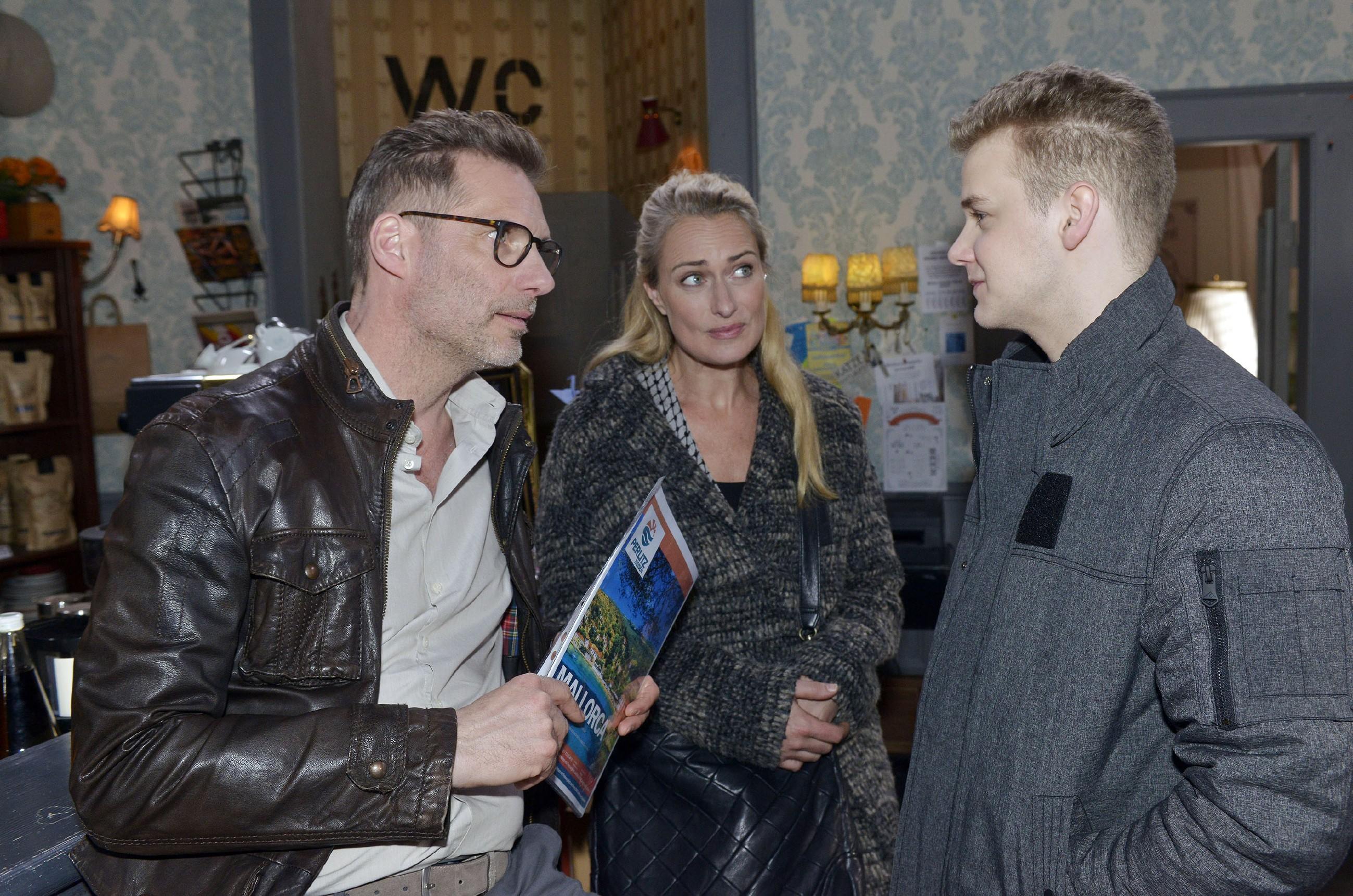 Alexander (Clemens Löhr, l.) und Maren (Eva Mona Rodekirchen) wollen Jonas' (Felix van Deventer) Faulheit nicht noch mit einer Reise belohnen. (Quelle: RTL / Rolf Baumgartner)