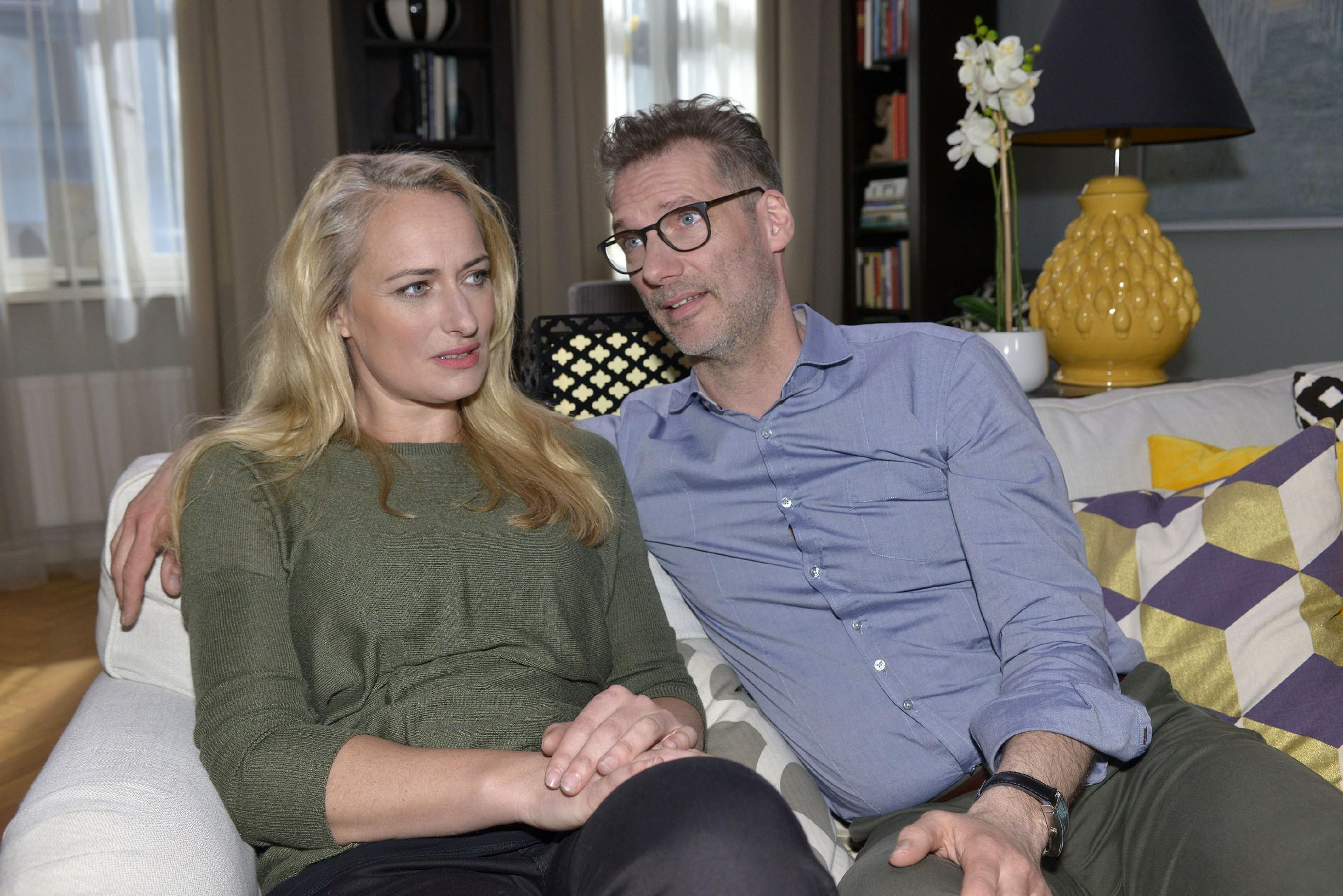 Maren (Eva Mona Rodekirchen) und Alexander (Clemens Löhr) sind sich einig, dass angesichts ihrer unsicheren Jobsituationen dieses Jahr kein Urlaub drin ist. (Quelle: RTL / Rolf Baumgartner)