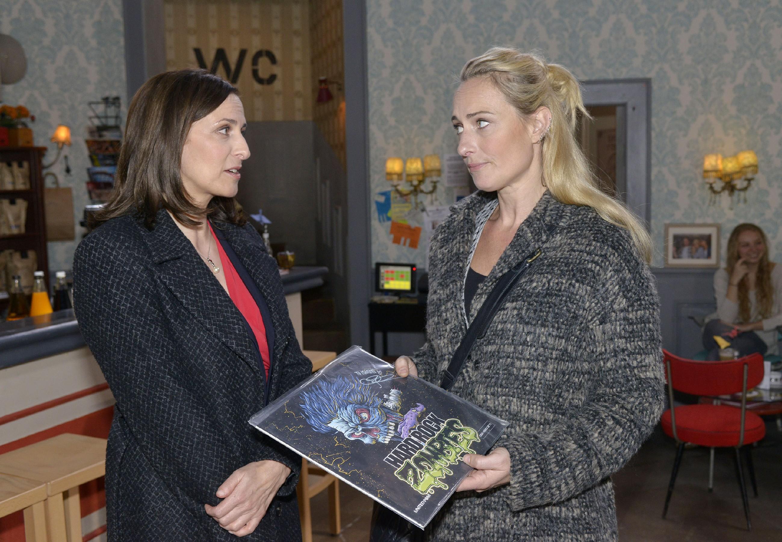 Katrin (Ulrike Frank, l.) erkennt, dass Maren (Eva Mona Rodekirchen) ein großes Opfer bringen will, um sich und Alexander einen Urlaub zu ermöglichen. (Quelle: RTL / Rolf Baumgartner)