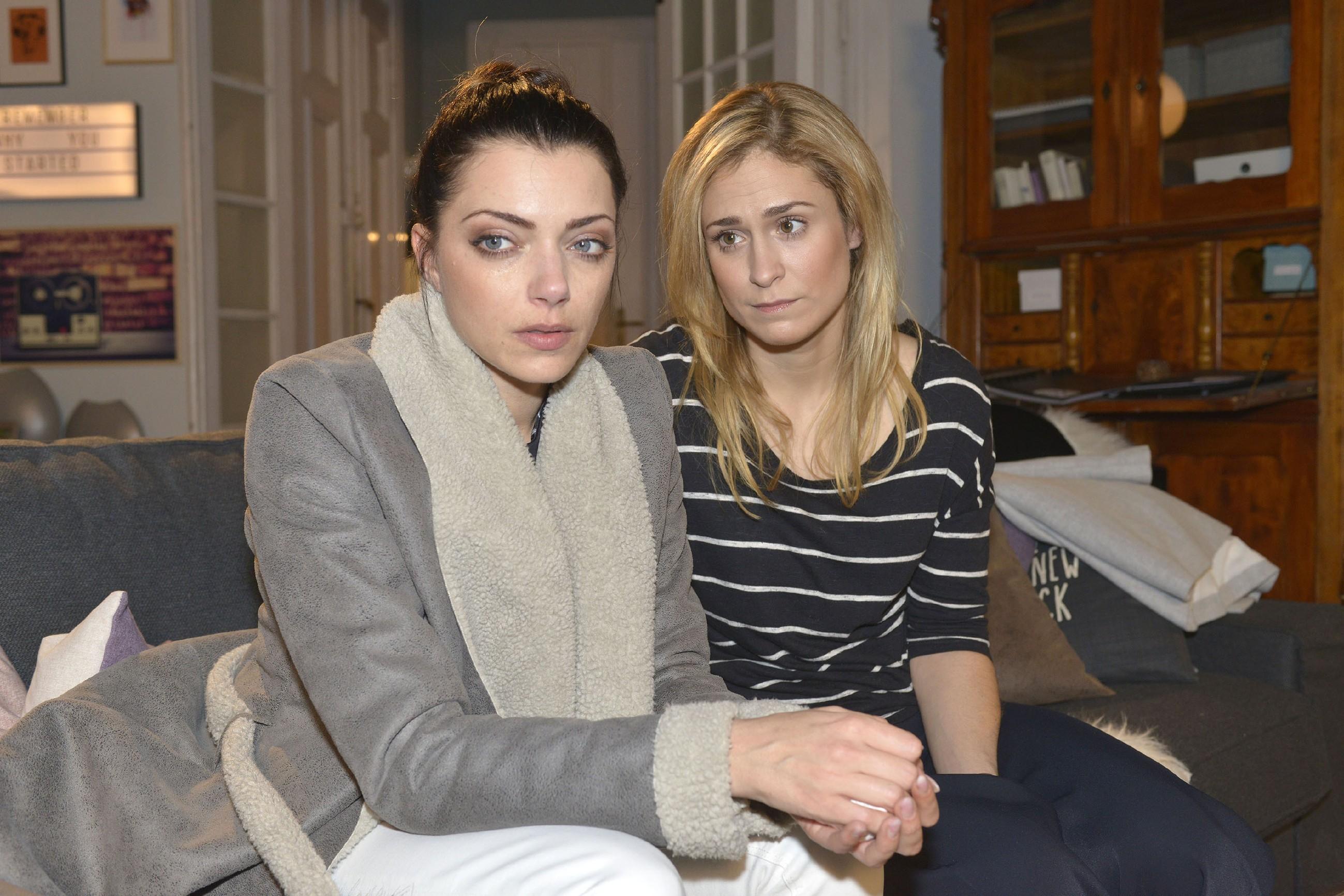 Sophie (Lea Marlen Woitack, r.) wirbt bei der enttäuschten Emily (Anne Menden) um Verständnis für Jasmins Entscheidung, für den neuen Job Tussi Attack zu verlassen. (Quelle: RTL / Rolf Baumgartner)