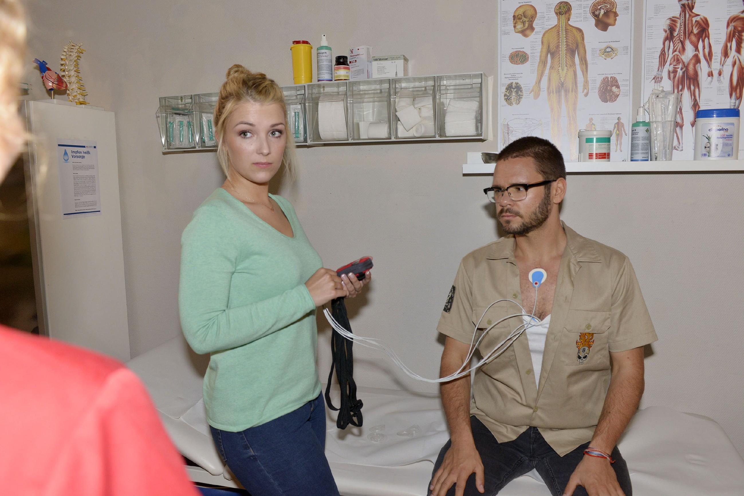 Lilly (Iris Mareike Steen) glaubt den wahren Grund für Tuners (Thomas Drechsel) Herzbeschwerden zu kennen. (Quelle: RTL / Rolf Baumgartner)
