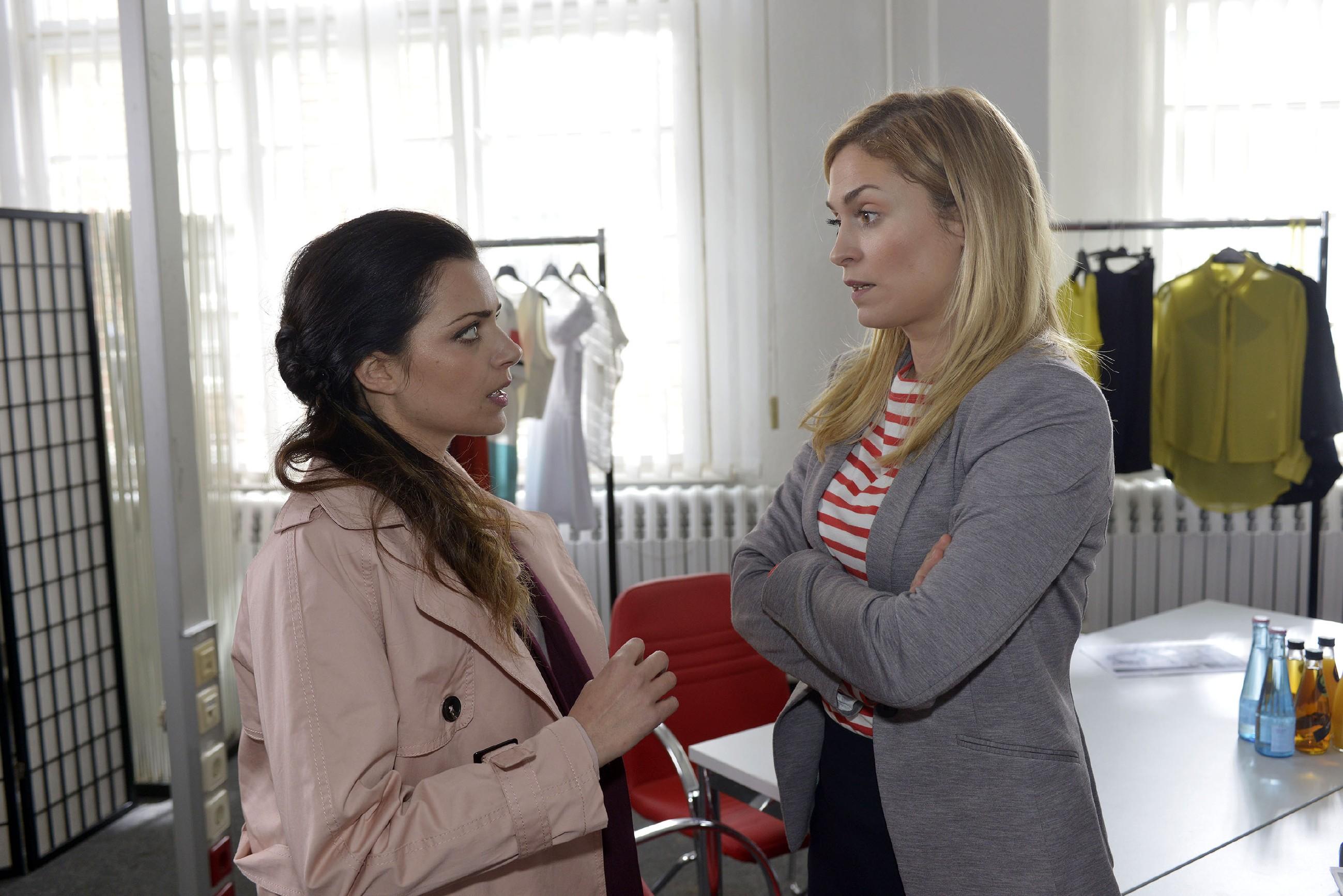 Emily (Anne Menden, l.) und Sophie (Lea Marlen Woitack) erkennen, wie sehr sie von Jasmin abhängig sind. (Quelle: RTL / Rolf Baumgartner)