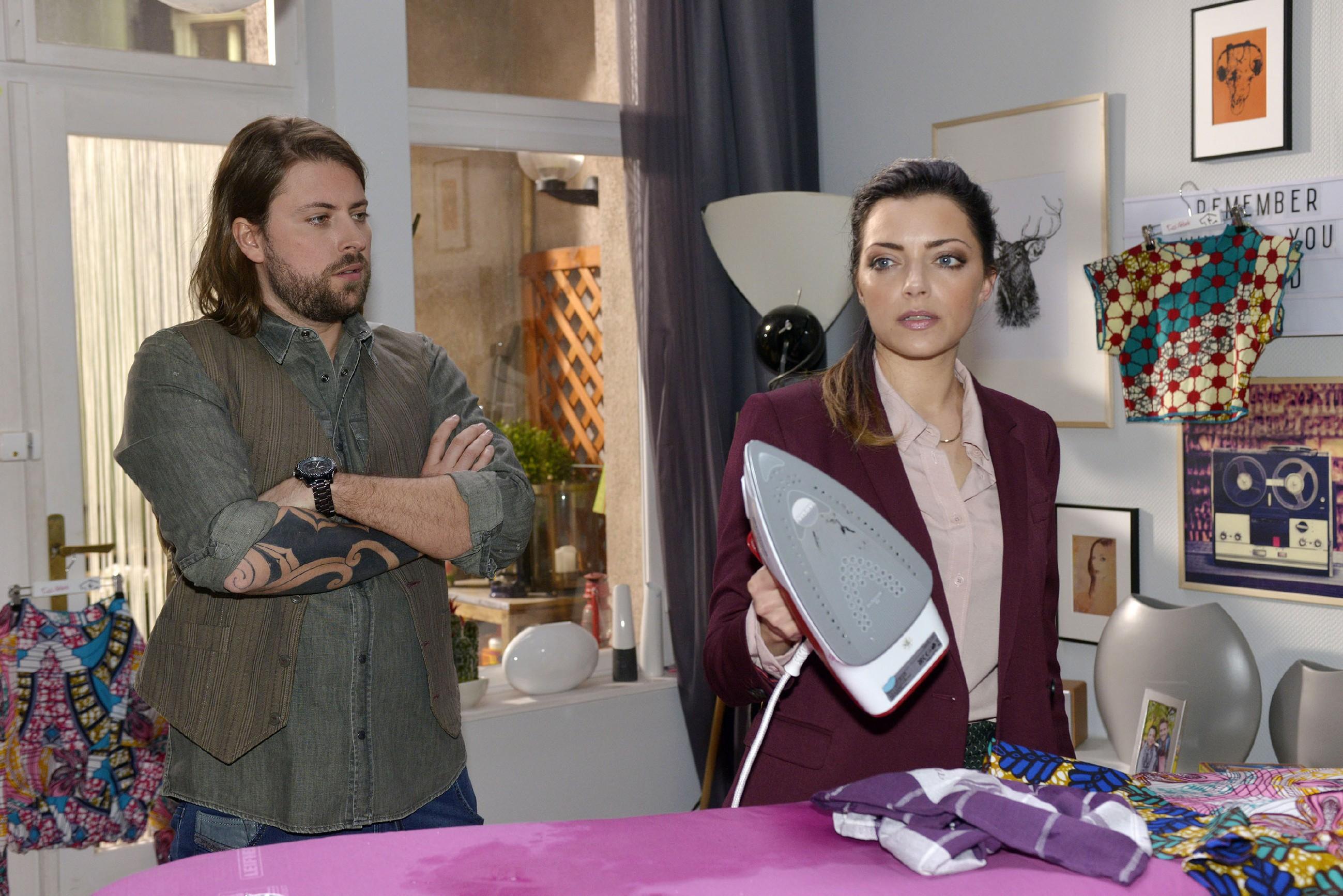 Emily (Anne Menden) erklärt John (Felix von Jascheroff), dass sie und Jasmin geschiedene Leute sind. (Quelle: RTL / Rolf Baumgartner)