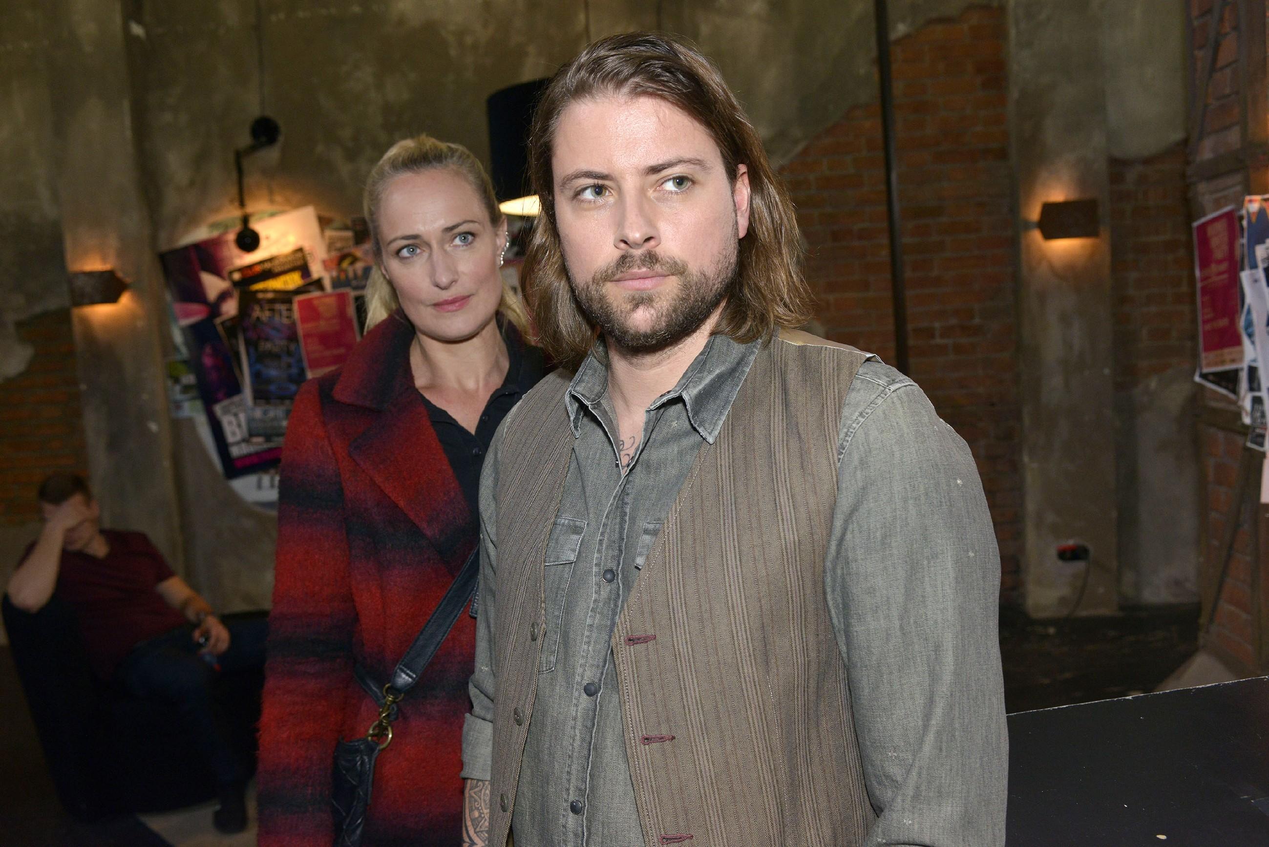 Maren (Eva Mona Rodekirchen) stört es, dass sie in Johns (Felix von Jascheroff) geschäftliche Entscheidungen nicht eingebunden wird. (Quelle: RTL / Rolf Baumgartner)
