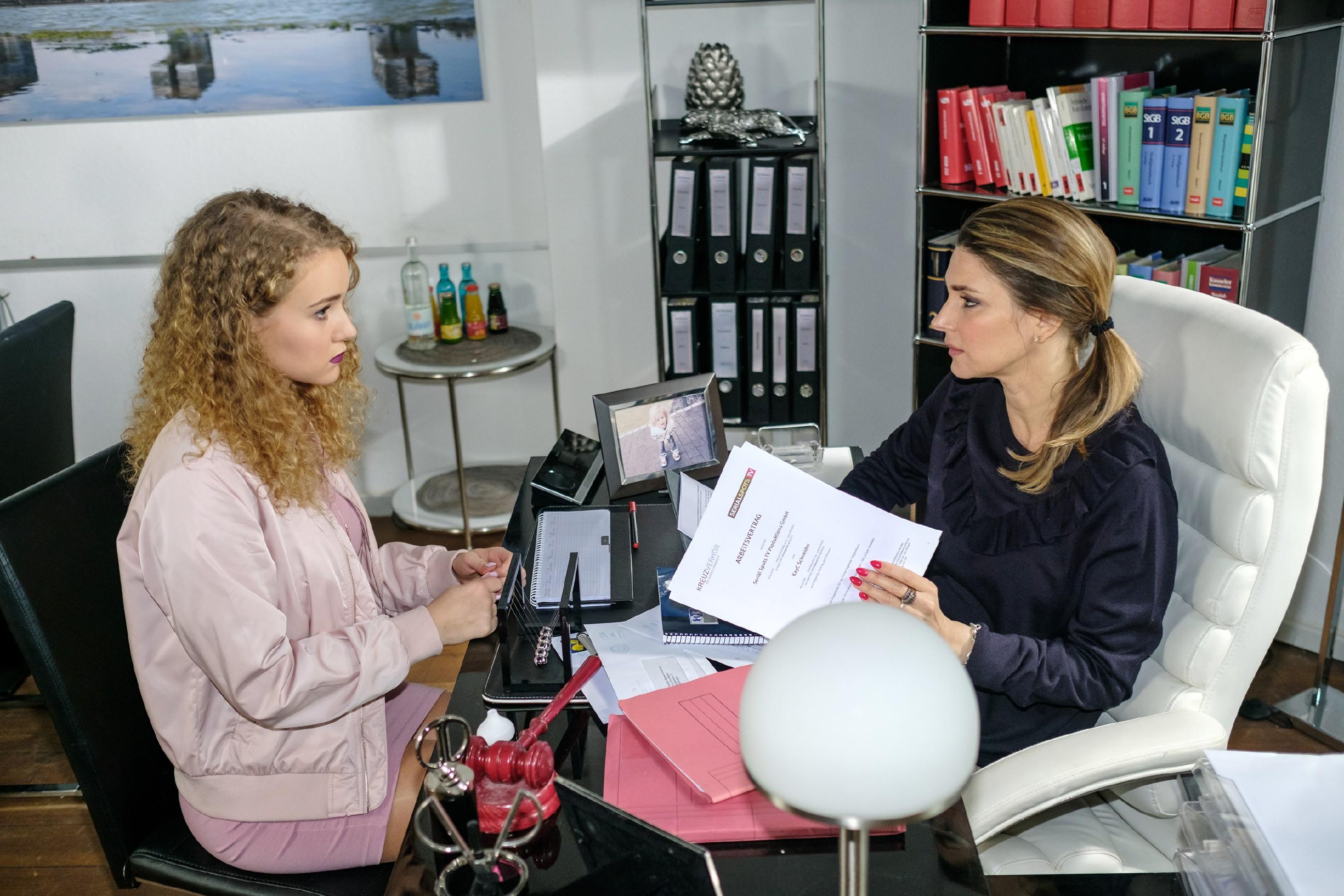 KayC (Pauline Angert, l.) ist unsicher, als Eva (Claudelle Deckert) Till als ihren Manager vorschlägt. (Quelle: RTL / Stefan Behrens)