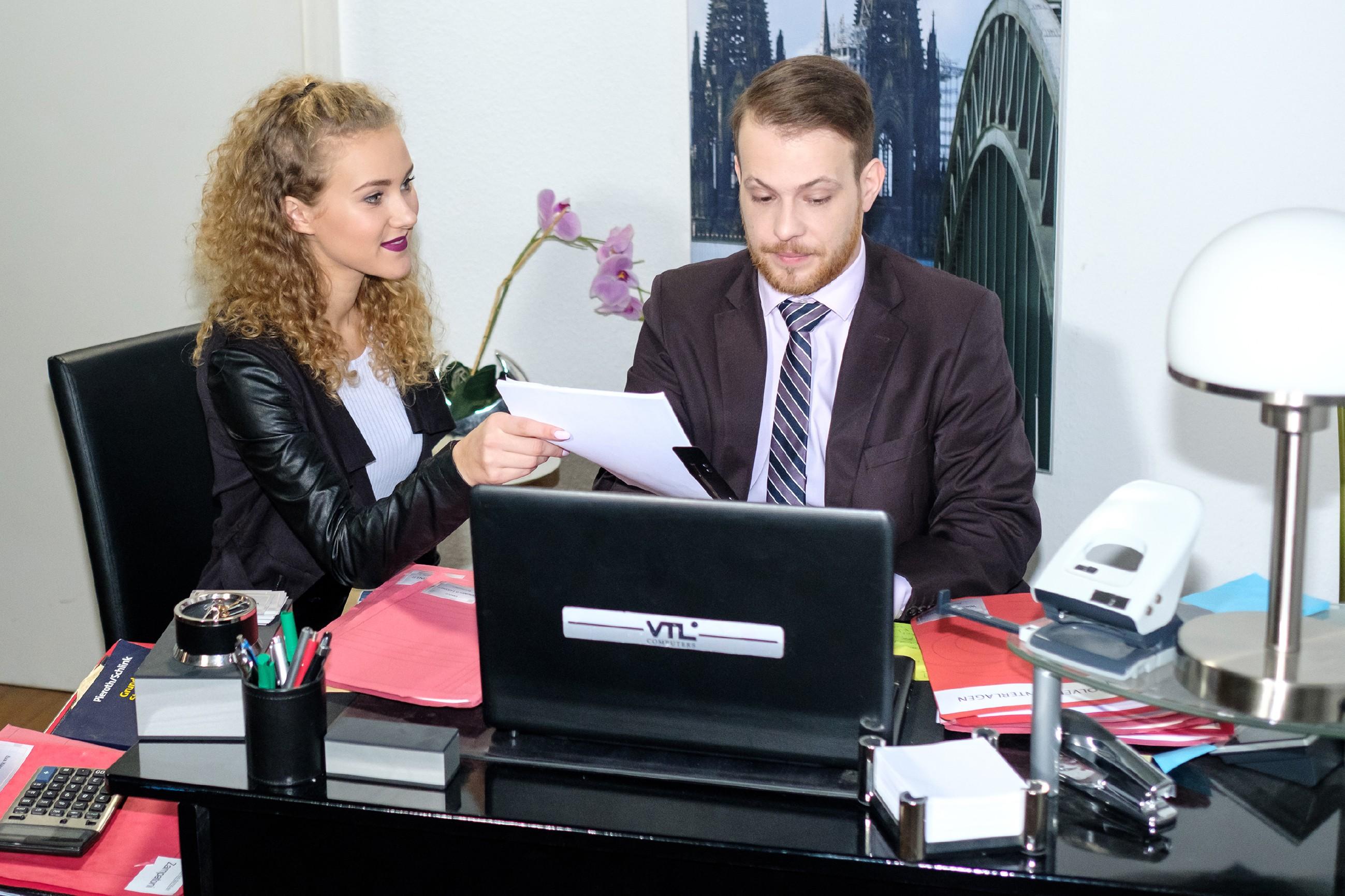 Tobias (Patrick Müller) weigert sich, KayC (Pauline Angert) ein weiteres Mal bei einem Text für ihre neue Rolle zu helfen. (Quelle: RTL / Stefan Behrens)