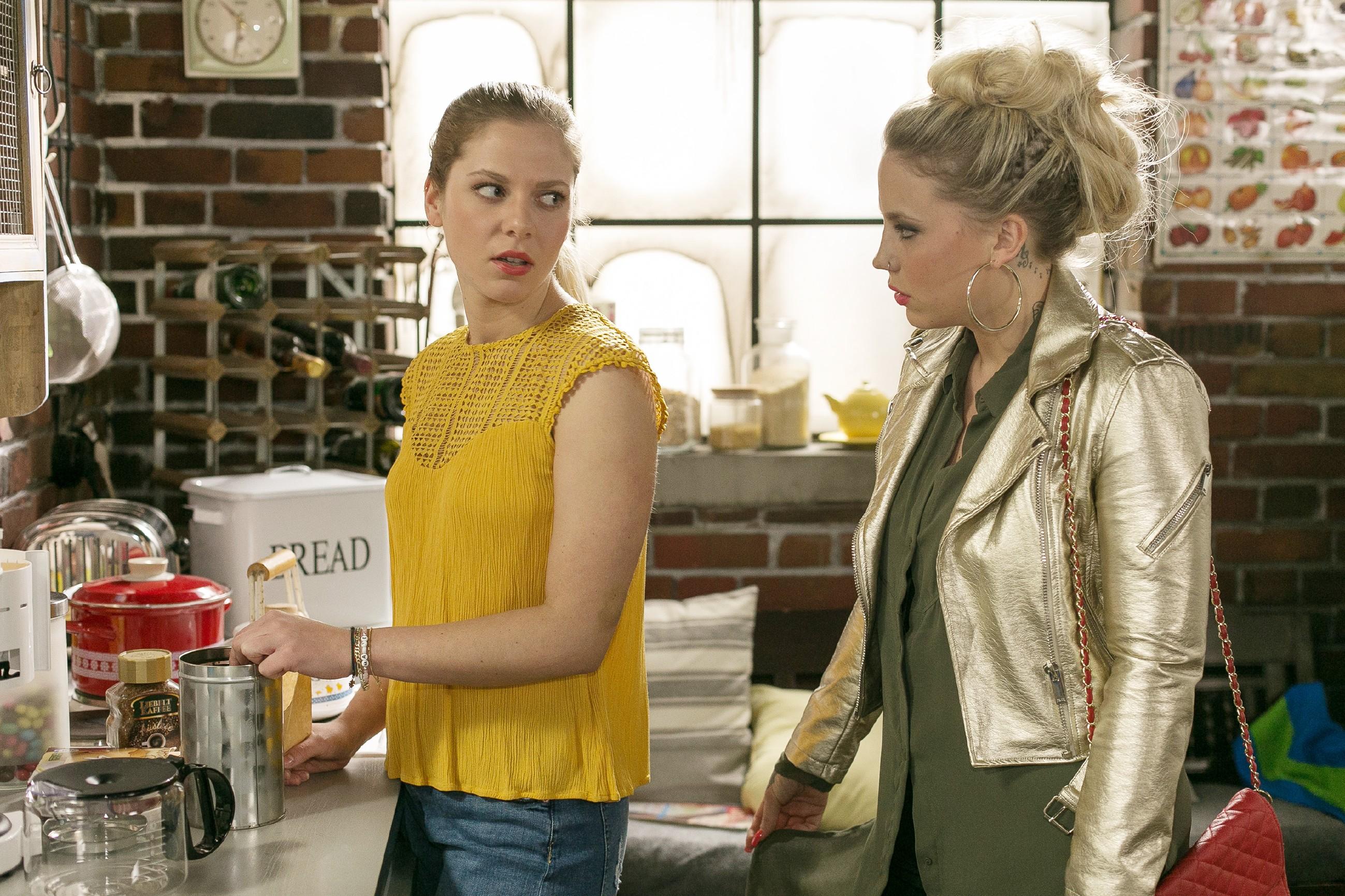Marie (Cheyenne Pahde, l.) erzählt Iva (Christina Klein), dass sie sich ärgert, sich wieder auf Tim eingelassen zu haben. (Quelle: RTL / Kai Schulz)