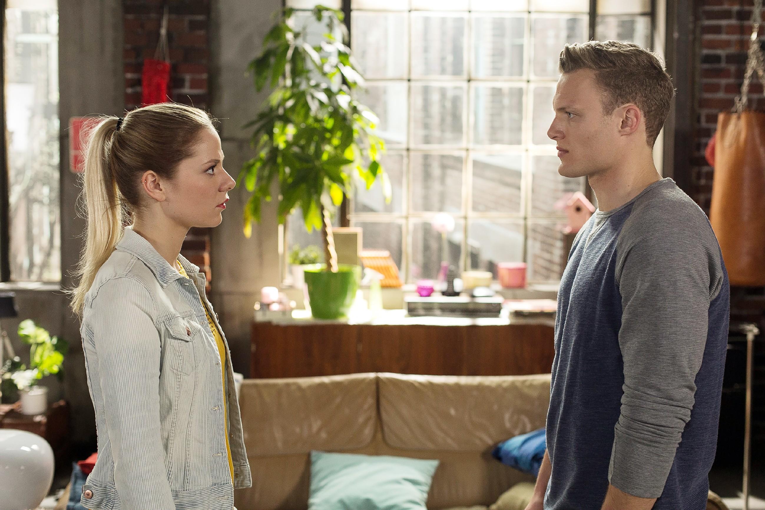 Marie (Cheyenne Pahde) will von Tim (Robert Maaser) wissen, woran sie bei ihm ist. (Quelle: RTL / Kai Schulz)