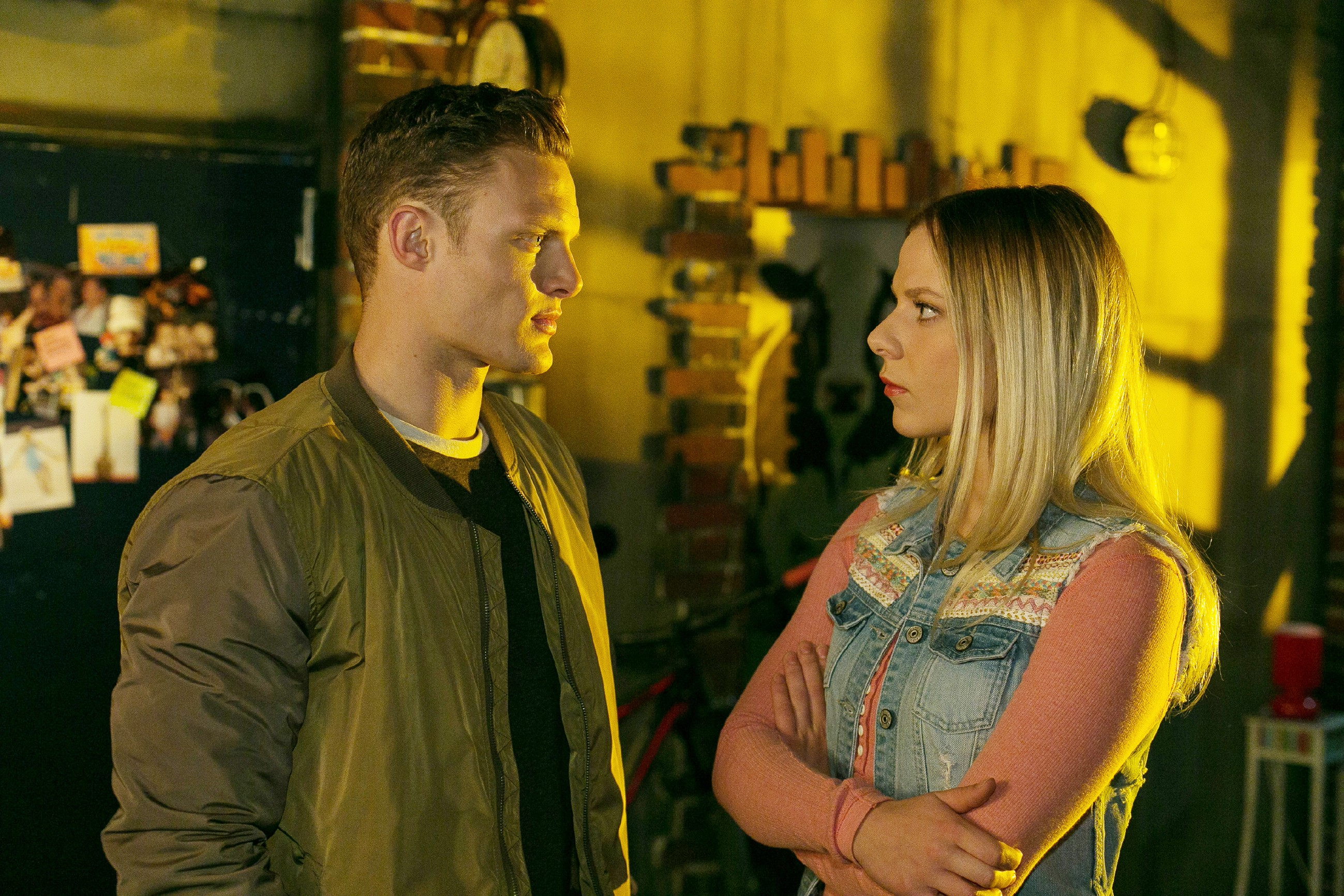 Tim (Robert Maaser) gerät durch einen unüberlegten Kommentar mit Marie (Cheyenne Pahde) in Streit. (Quelle: RTL / Kai Schulz)
