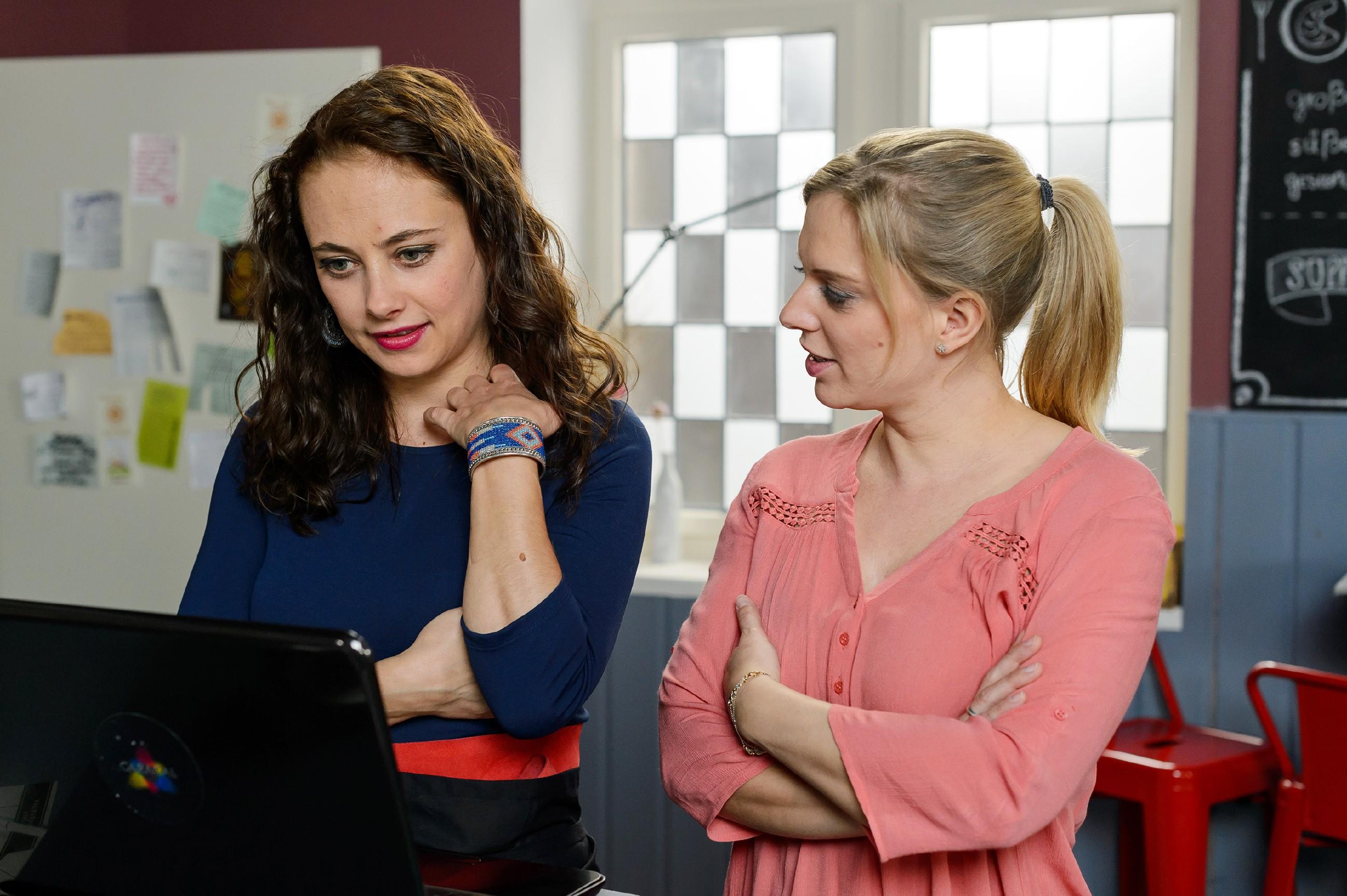 Carmen (Heike Warmuth, l.) hofft gegenüber Lena (Juliette Greco), dass Richard und Simone wieder zueinander finden. (Quelle: RTL / Willi Weber)