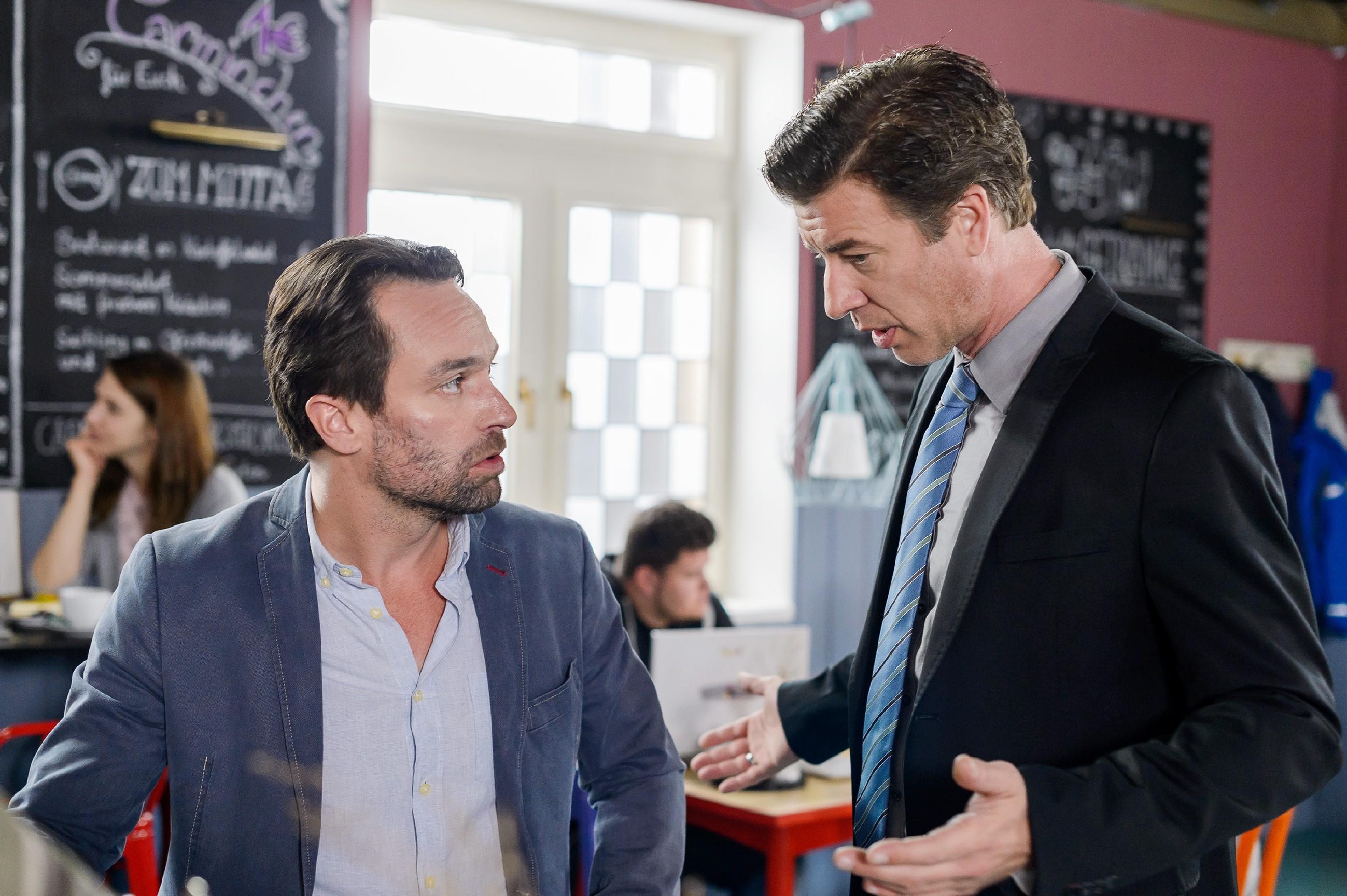 Als auch Christoph (Lars Korten) sich von ihm verabschiedet, ist Thomas (Daniel Brockhaus, l.) enttäuscht, dass sich scheinbar niemand für seinen Abschied interessiert. (Quelle: RTL / Willi Weber)