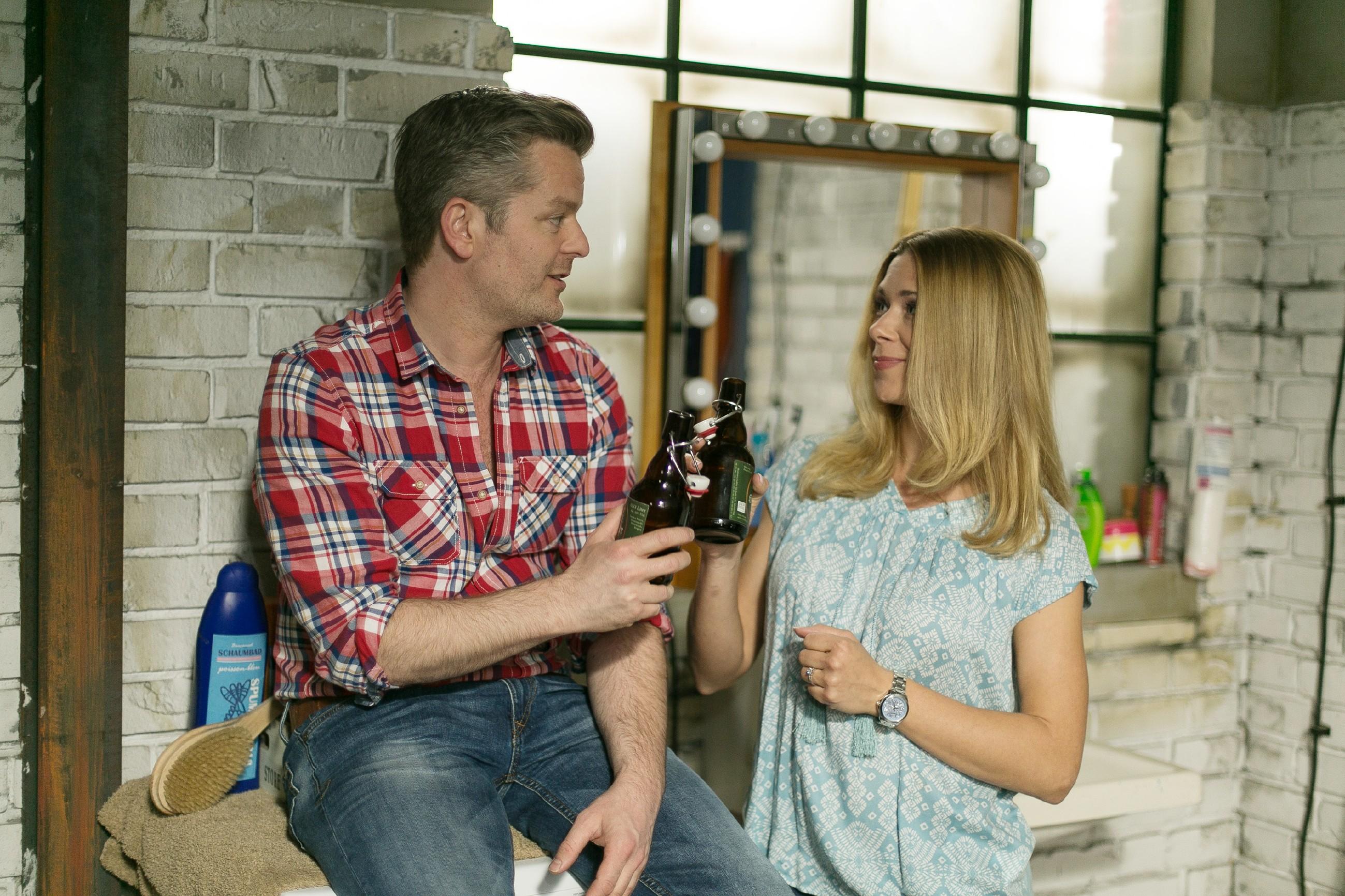 """Ingo (André Dietz) schließt das Kapitel """"Multifriends"""" endgültig ab und stößt mit Diana (Tanja Szewczenko) auf die Zukunft an. (Quelle: RTL / Kai Schulz)"""