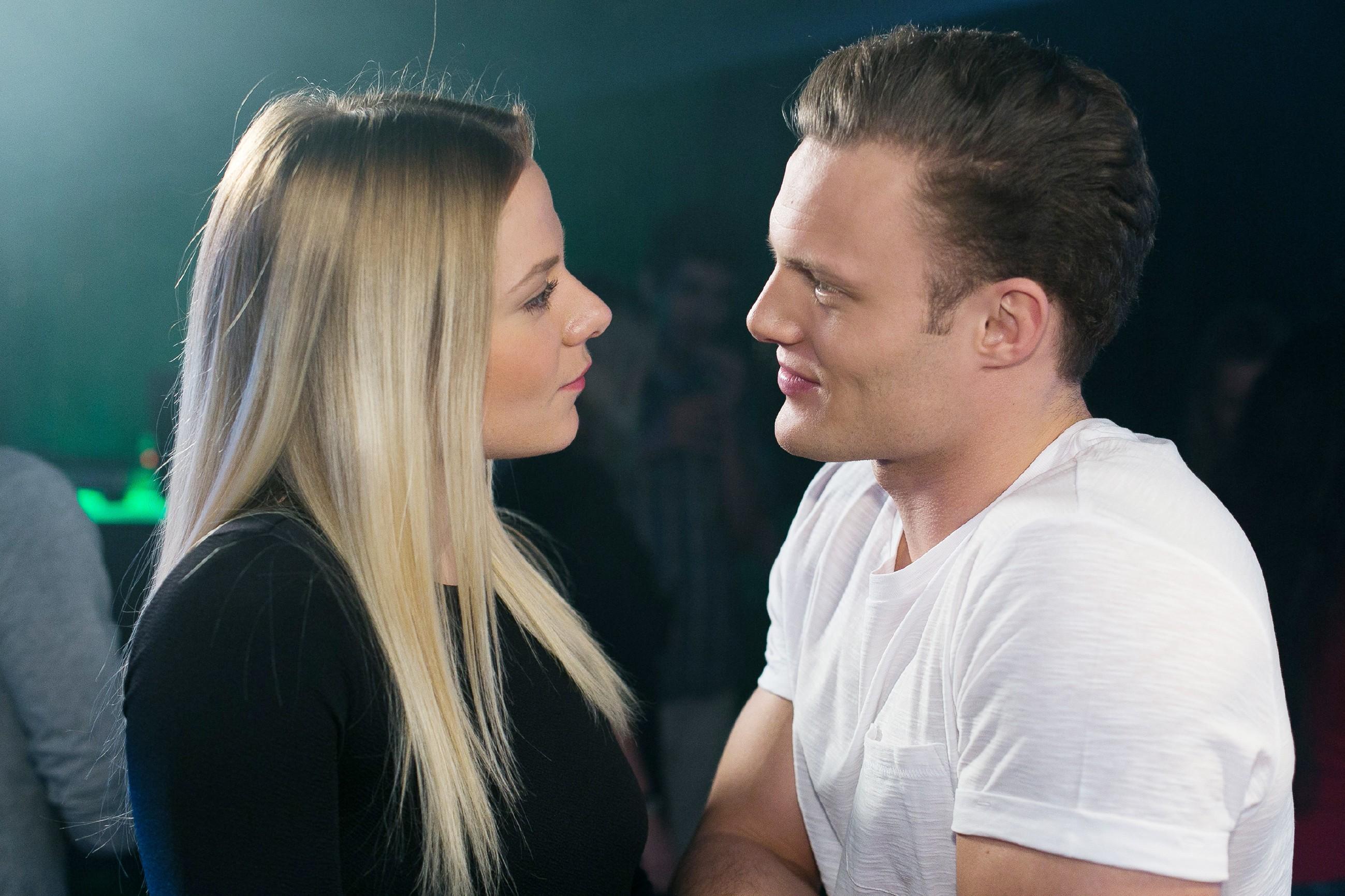 Beim Aushelfen im 'A40' spüren Marie (Cheyenne Pahde) und Tim (Robert Maaser) die gegenseitige Anziehung und am Ende der Nacht gibt Marie ihren Gefühlen für Tim nach... (Quelle: RTL / Kai Schulz)